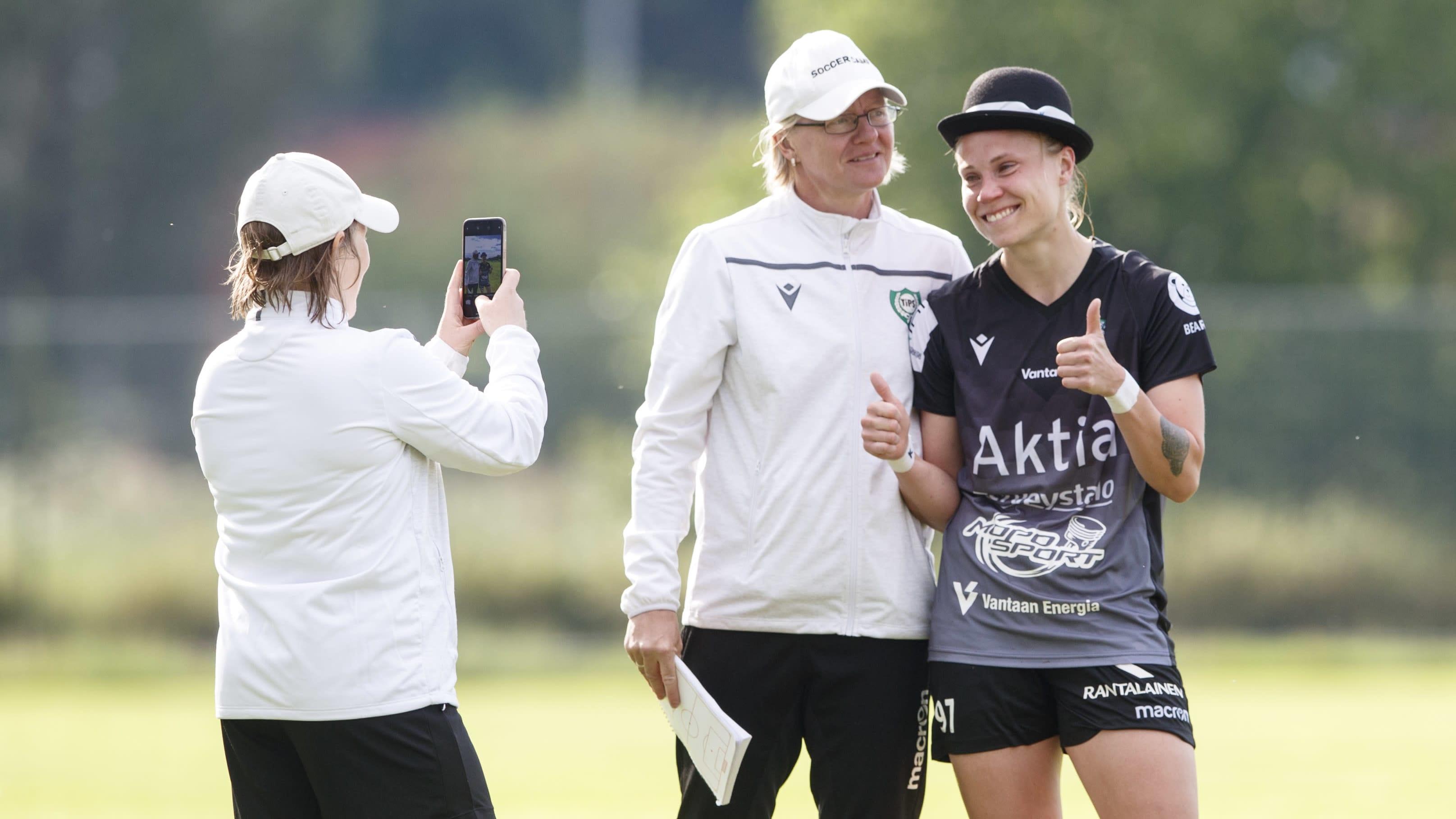 Tia Hälinen teki hattutempun JyPKia vastaan ja sai tästä palkinnoksi hatun päähänsä.