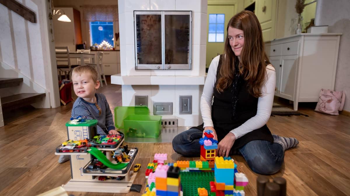 Luodossa asuva Heidi Ahlö ja 3-vuotias Noel kotonaan, Luoto, 4.12.2018.