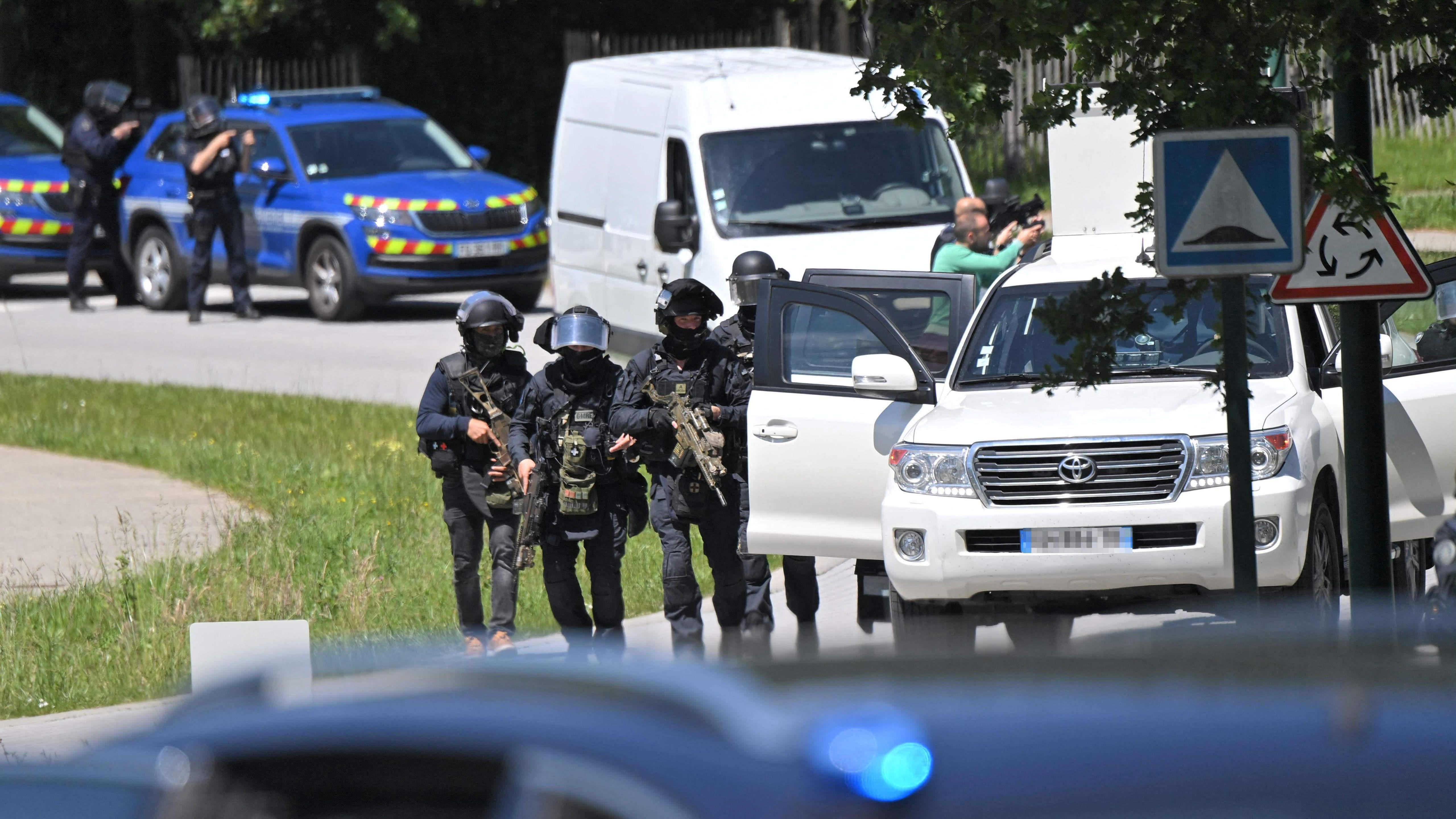 GIGN:n joukkoja raskaasti aseistautuneena Nantesissa.
