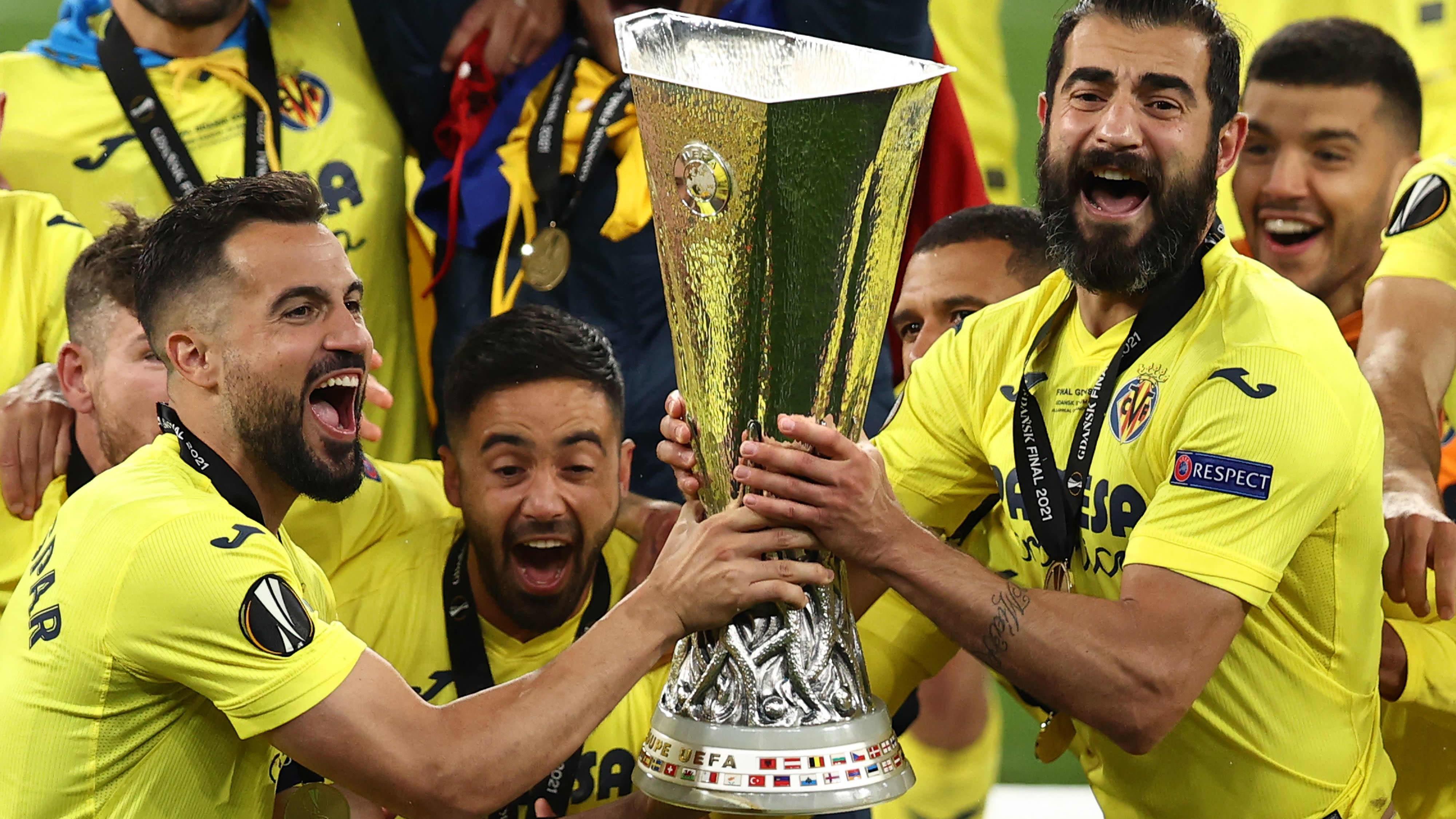 Villarrealin pelaajat juhlivat Eurooppa-liigan voittoa. Etualalla Mario Gaspar (vas.) ja Raul Albiol (oik.).