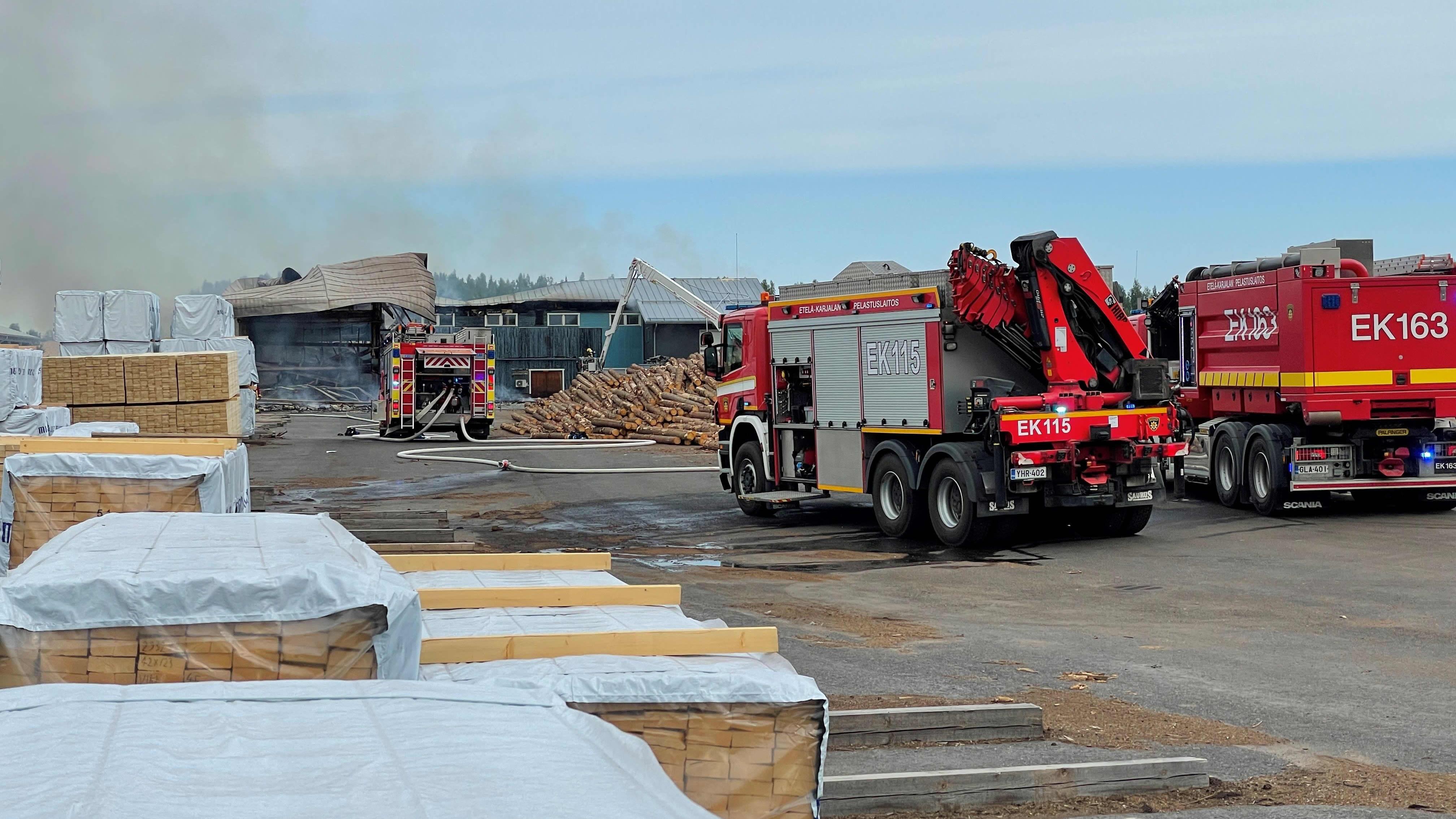 Palanut rakennus ja paloautoja.