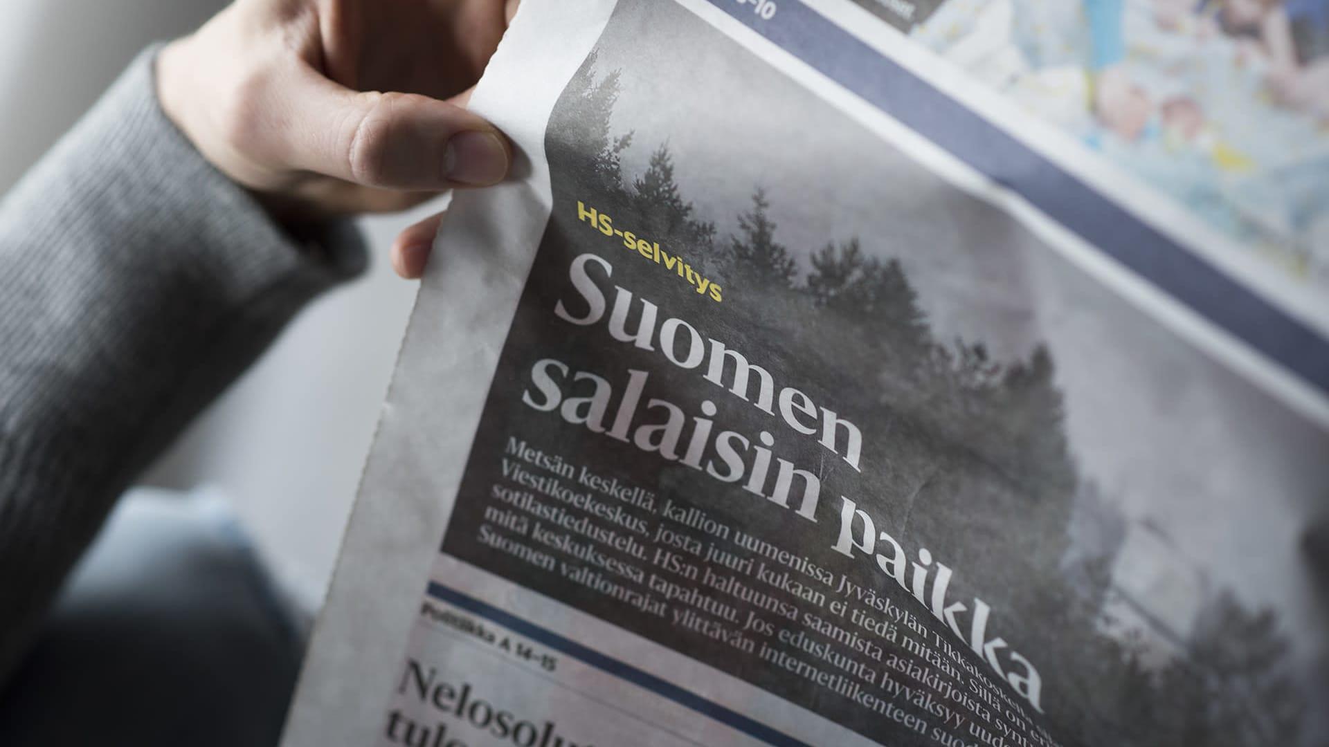 Mies lukee Helsingin Sanomia
