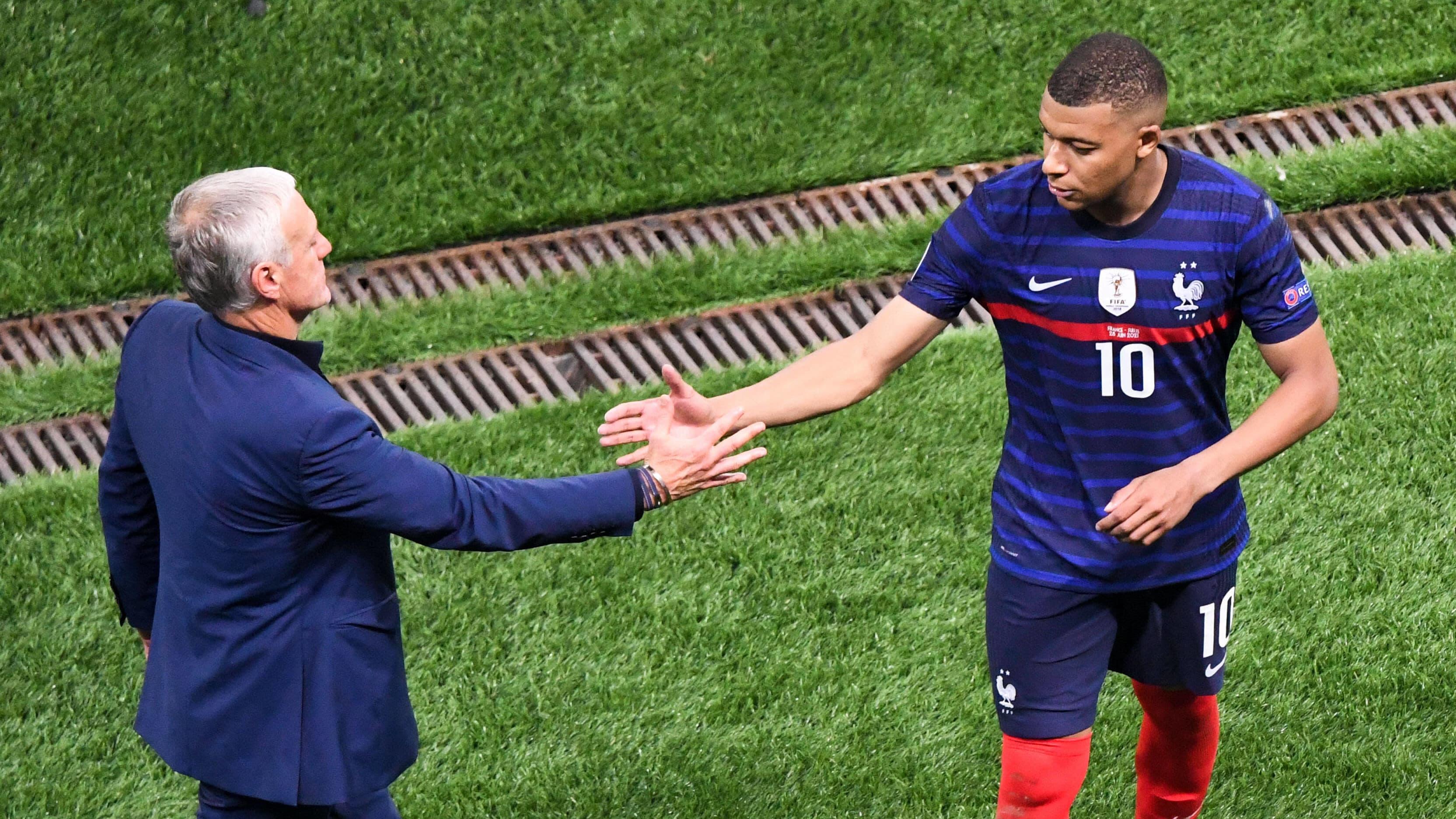 Didier Deschamps lohduttaa Kylian Mbappea EM-kisojen neljännesvälierän jälkeen Bukarestissa 28. kesäkuuta 2021.