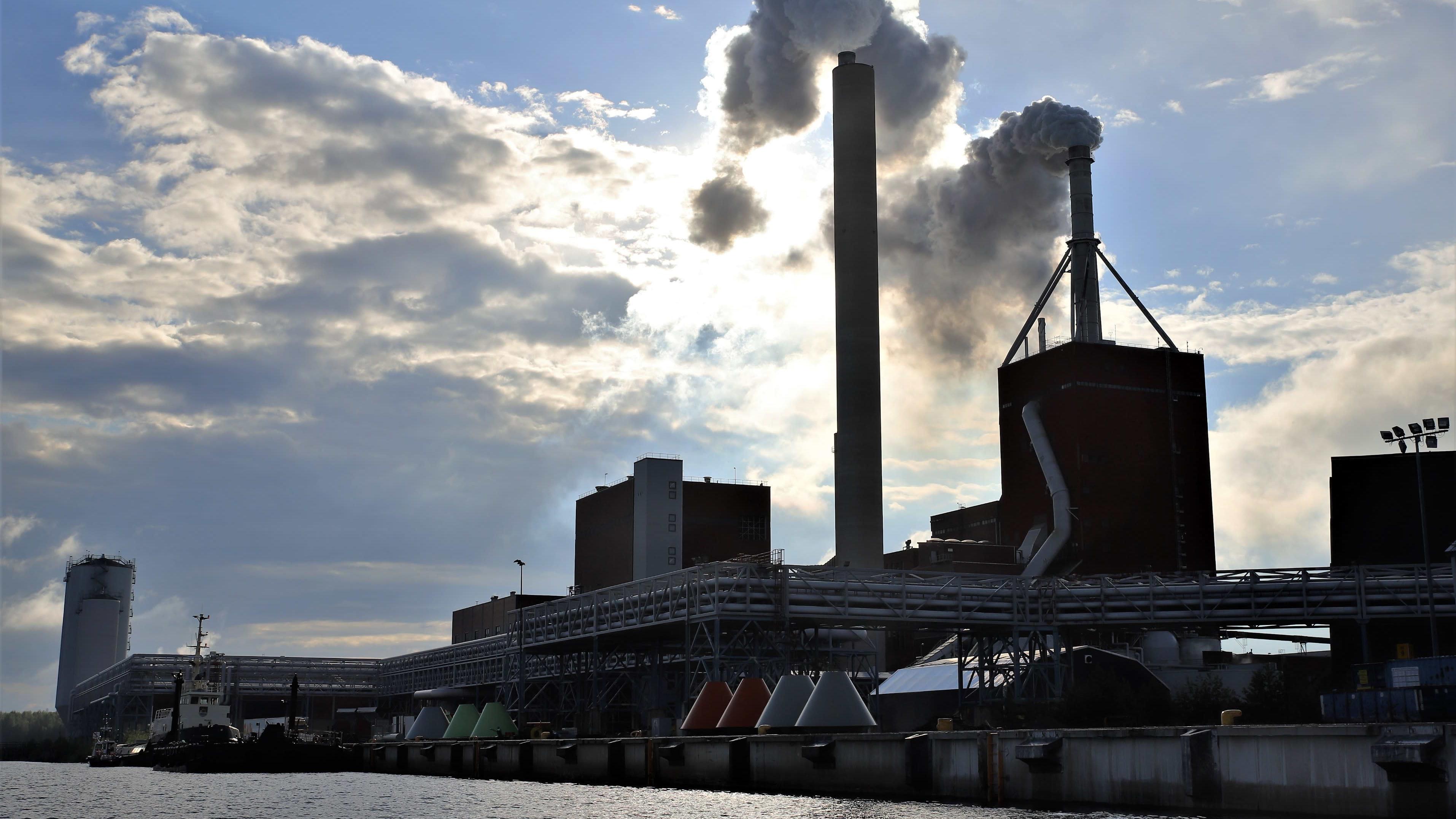 Stora Enson Oulun tehtaat mereltä päin.