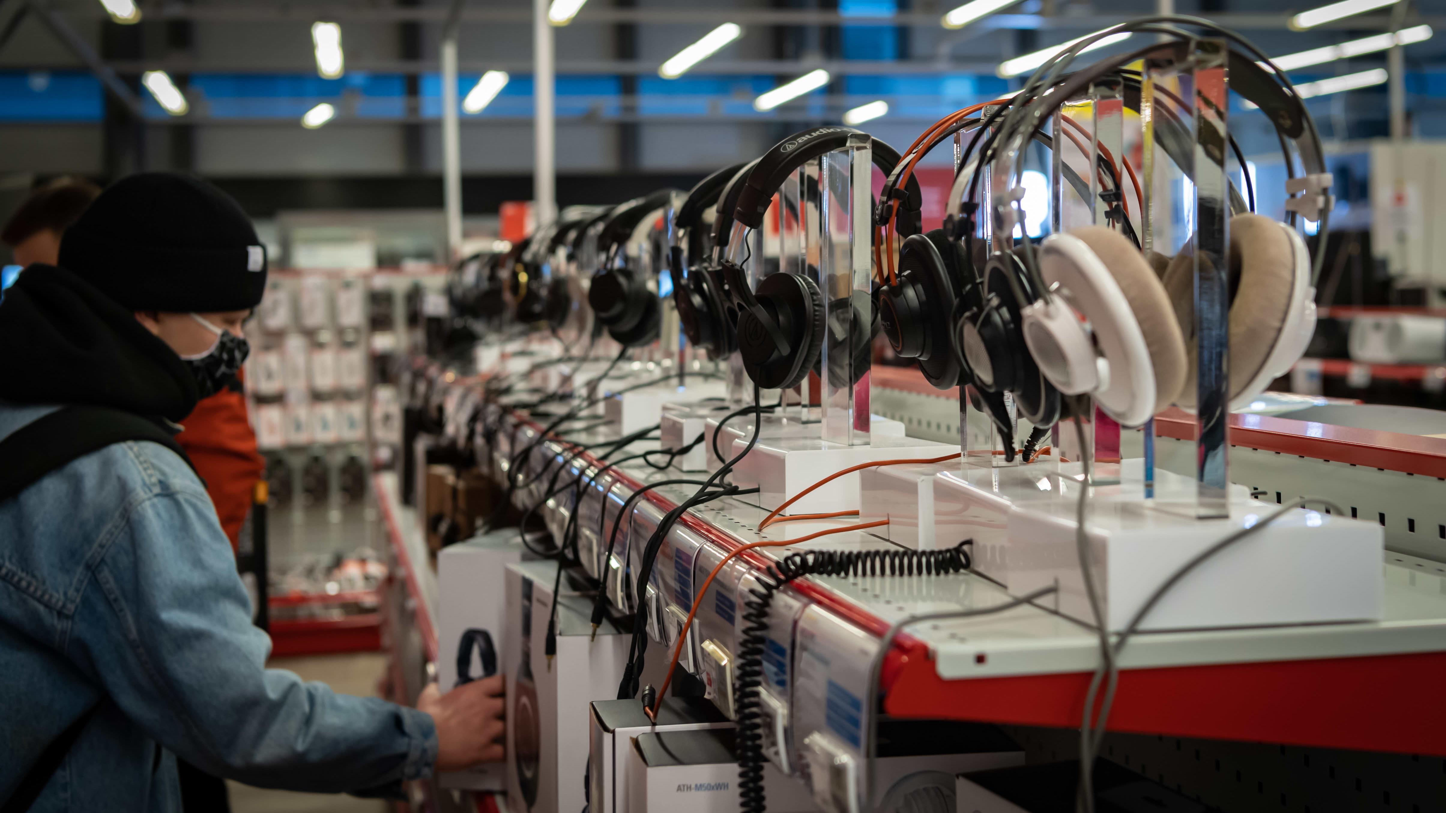 Kuulokkeita esillä kodinkoneliikkeessä