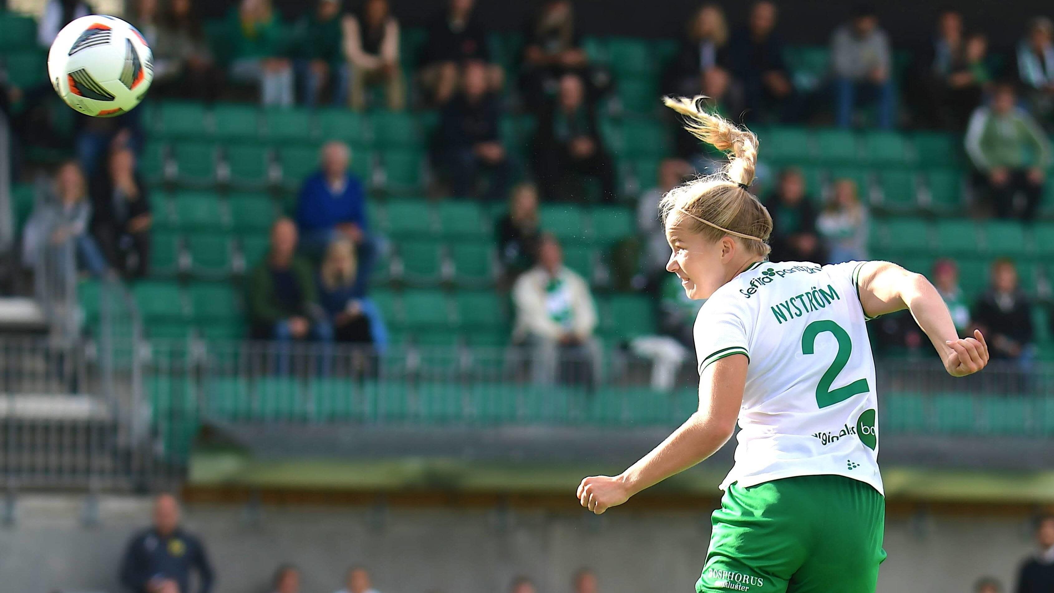 Eva Nyström puskee palloa