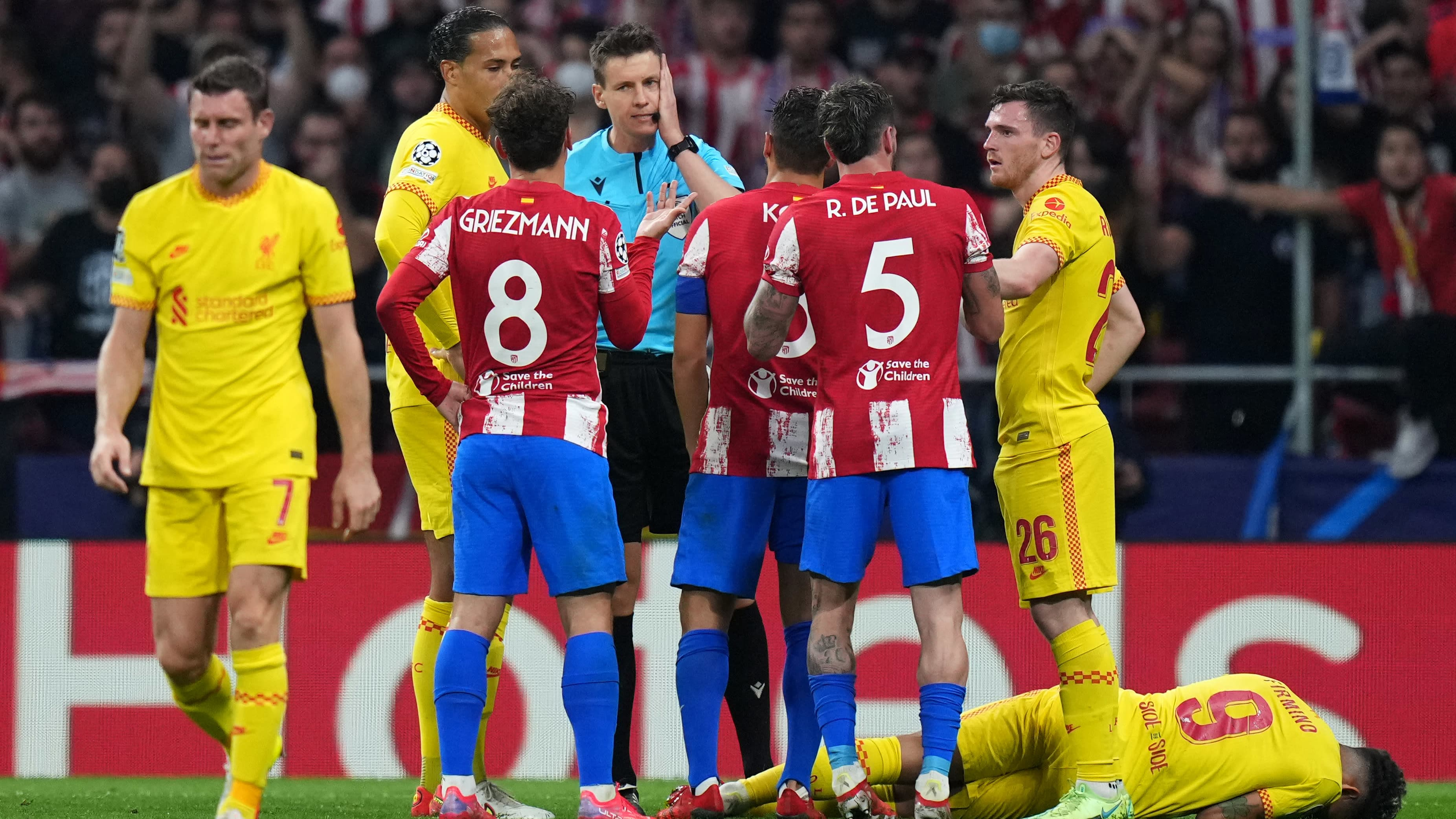 Liverpoolin Roberto Firmino kentän pinnassa, Atletico Madridin Antoine Griezmann sai tilanteesta punaisen kortin. Tuomari Daniel Siebert oli tulisilla hiilillä huippupelissä.