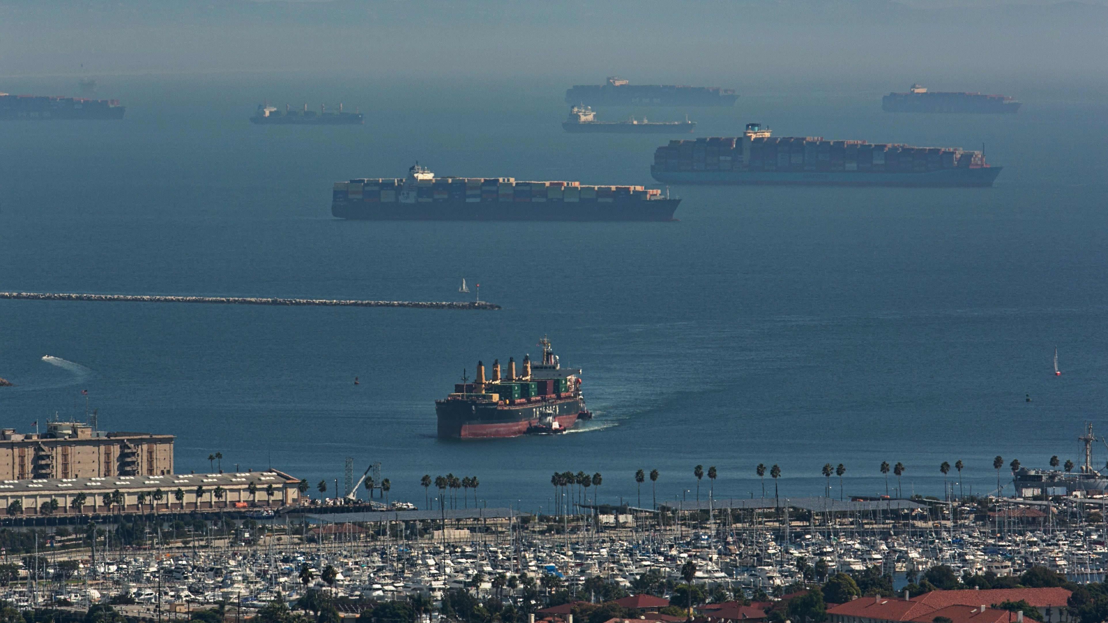 Los Anglesin sataman edustalla kymmenet valtavat konttilaivat odottivat pääsyä satamaan 13. lokakuuta.