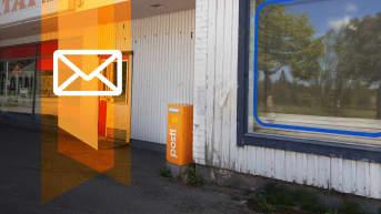 Postin oranssi kirjelaatikko vanha suljetun kyläkaupan seinustalla.