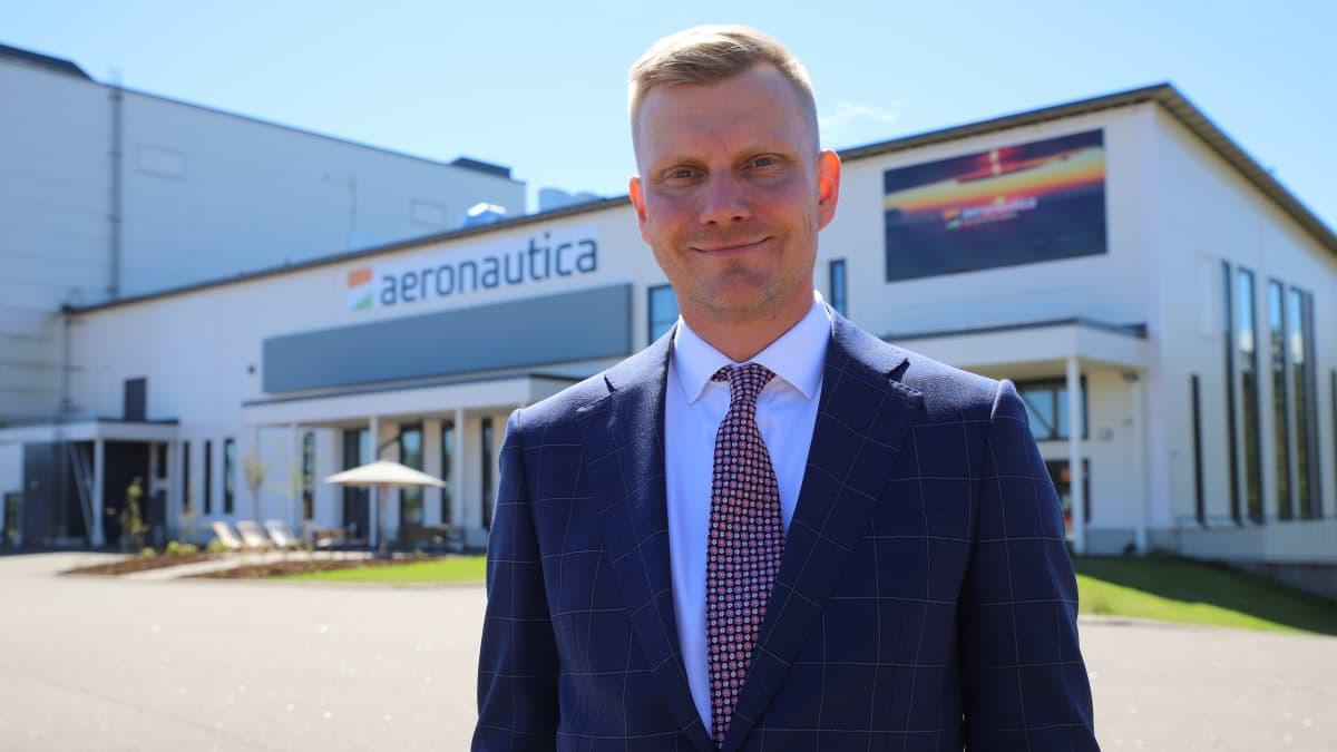 Pyhtään kaupunginjohtaja Jouni Eho Aeronautica Arenan ulkopuolella Pyhtäällä.