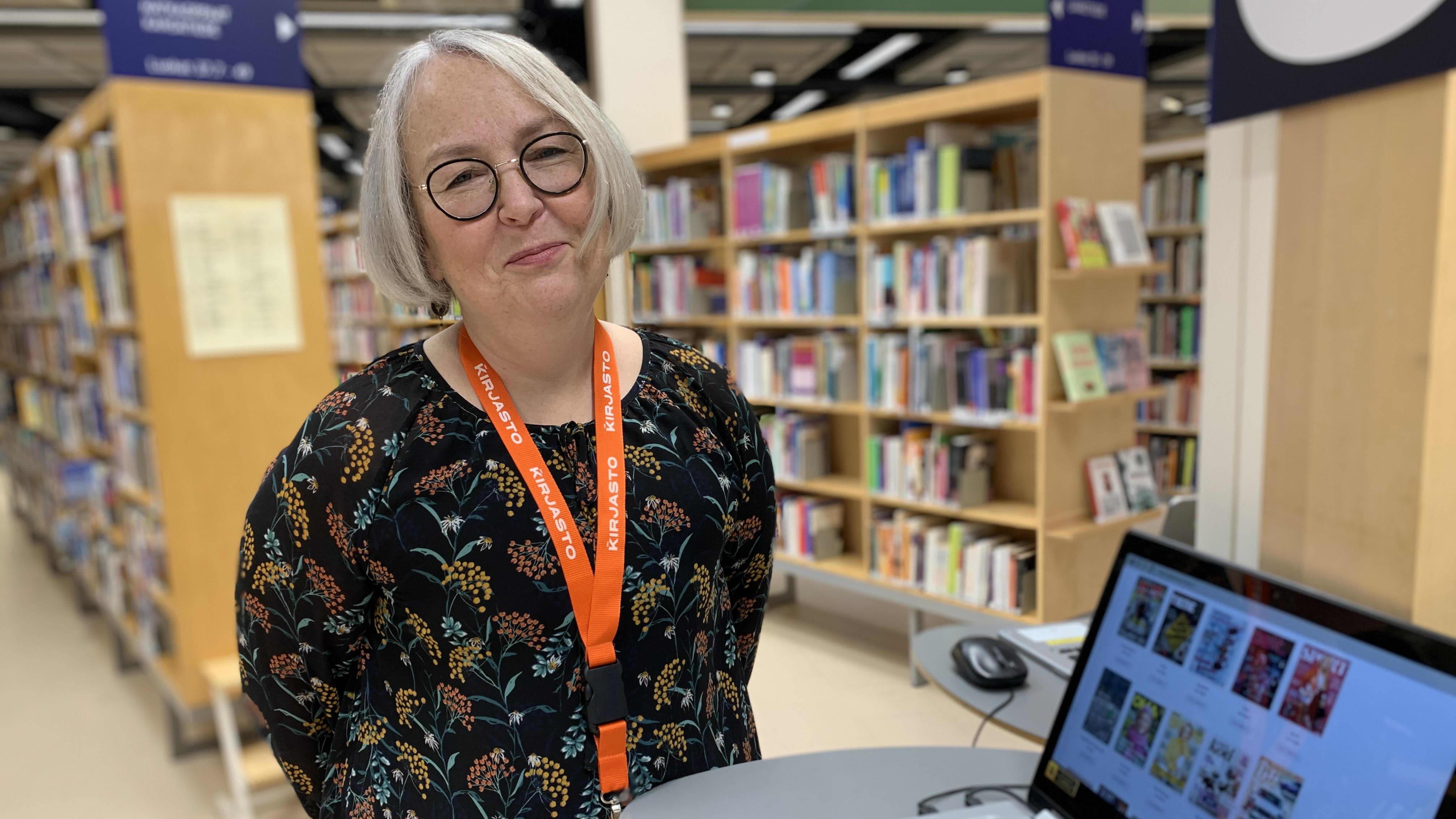 Porin kaupunginkirjaston palveluvastaava Sari Pajunen pääkirjaston aineistohakupisteellä.