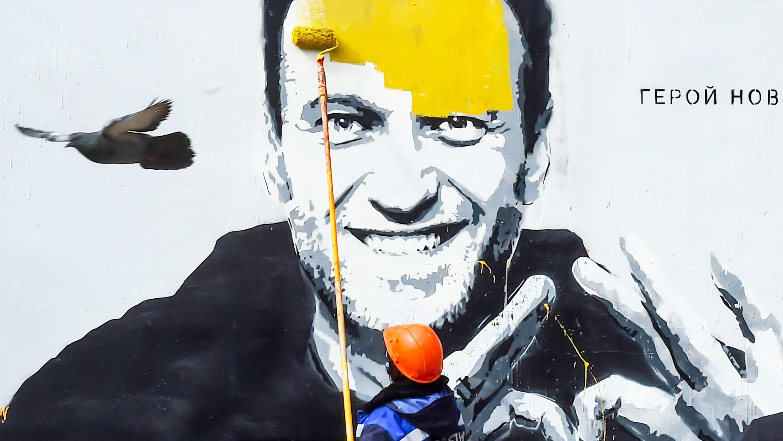 Aleksei Navalnyistä tehtyä seinämaalausta maalataan piiloon.