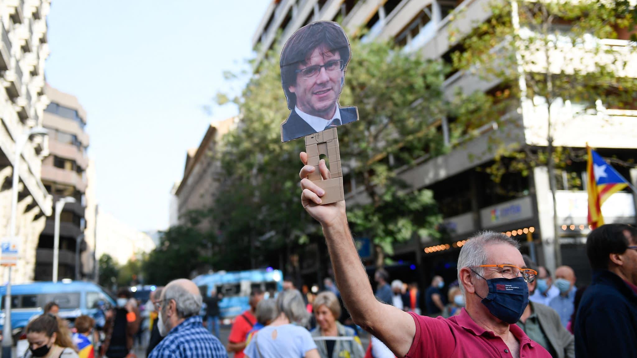 Mielenosoittajat Italian konsulaatin edessä Barcelonassa vaativat katalaanijohtaja Carles Puigdemontin vapauttamista.
