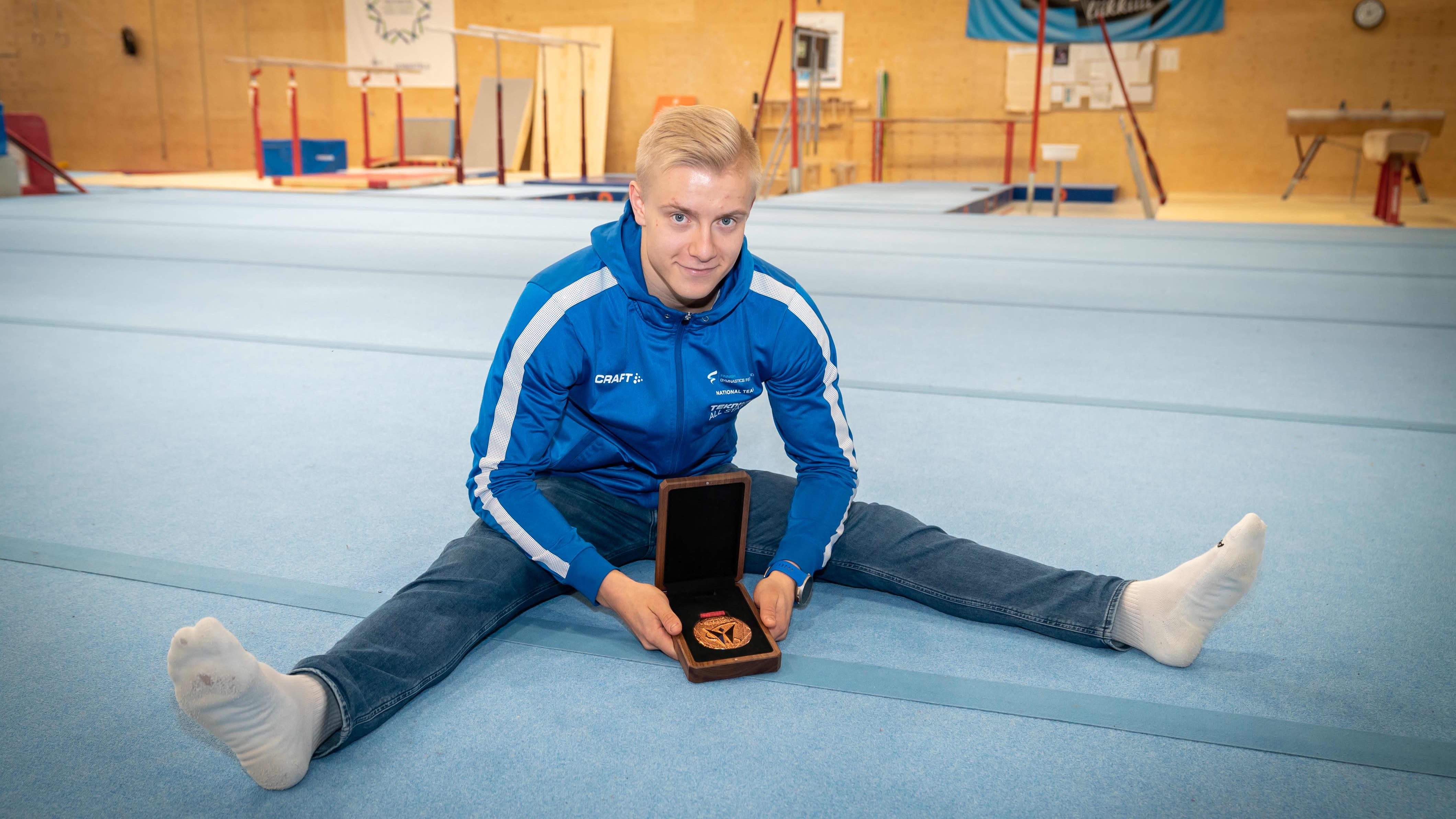 Emil Soravuo näyttää mm pronssimitalliaan Espoon harjoutushallissa