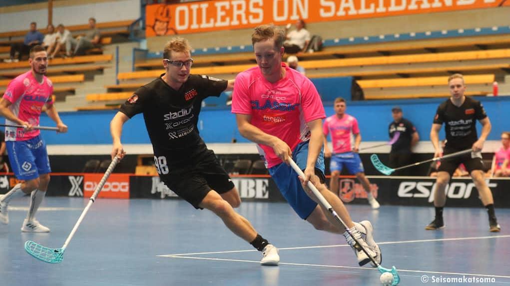 Krister Savonen kuljettaa salibandypalloa Espoossa Tapiolan urheiluhallissa.