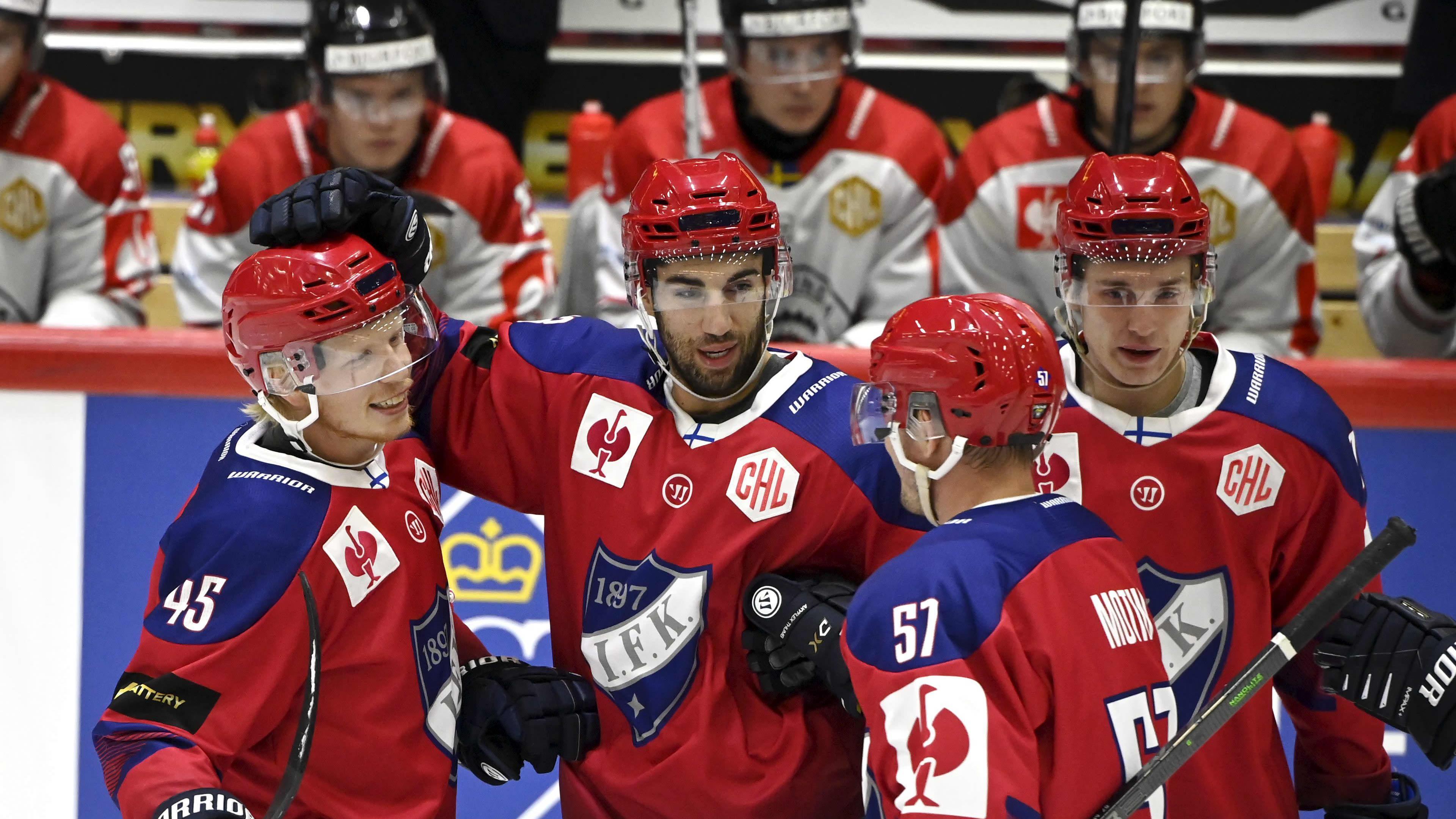 Micke-Max Åsten, Jordan Schmaltz ja Johan Motin juhlivat HIFK:n 1-0-maalia.