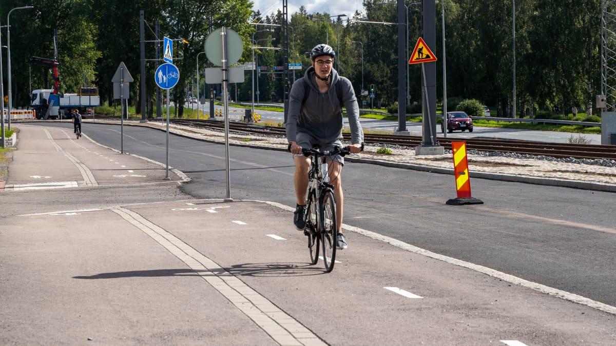 Taysin ensiavun ohitse kulkee pyörätie, joka on täynnä vaaranpaikkoja