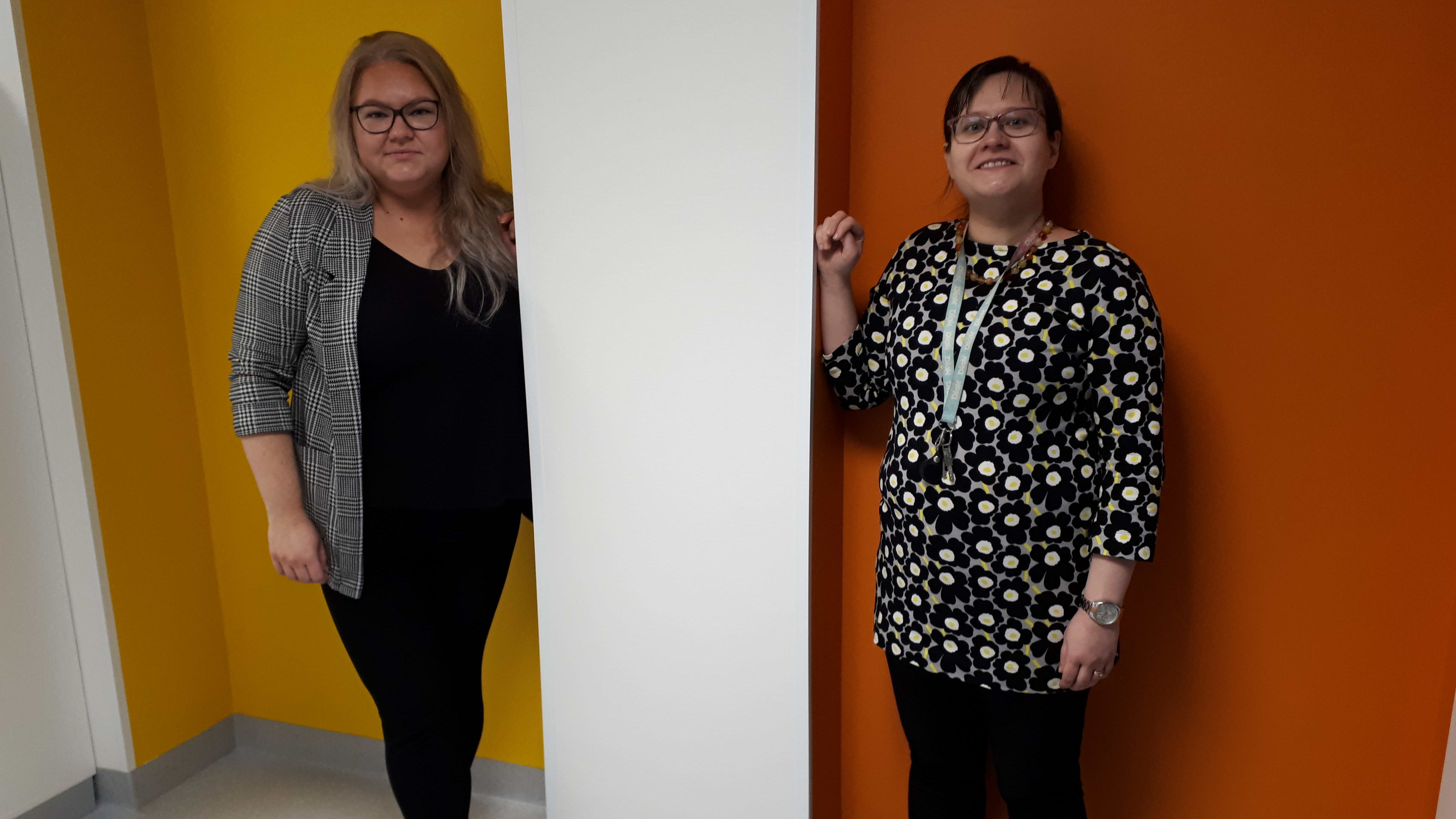 Vasemmalla kuvassa OAMKin opiskelija Sonja Valtonen sekä OHJY-hankkeen projektipääliikkö Leea Naamanka.