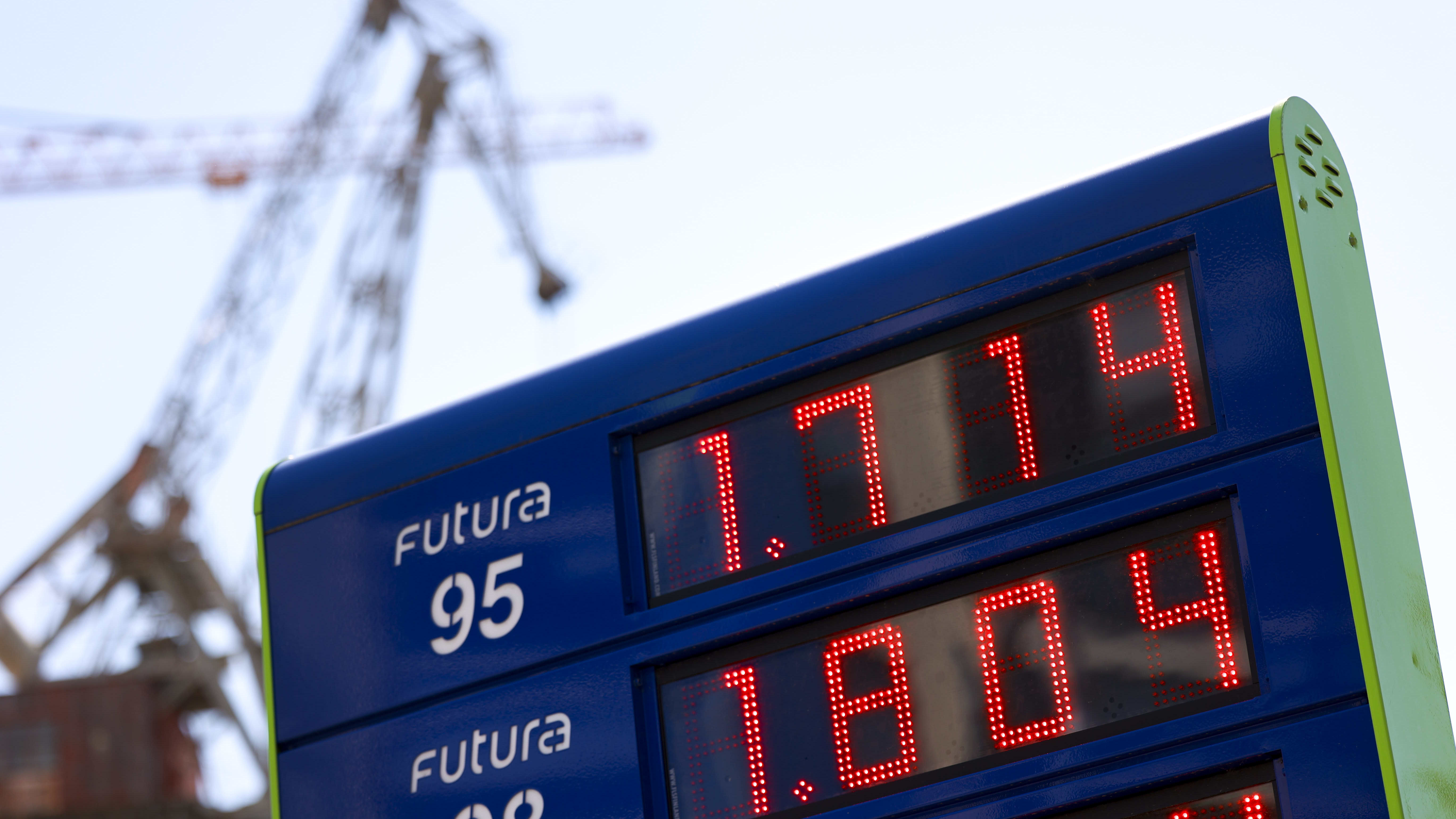 Polttoaineen hinnat huoltoaseman kyltissä.