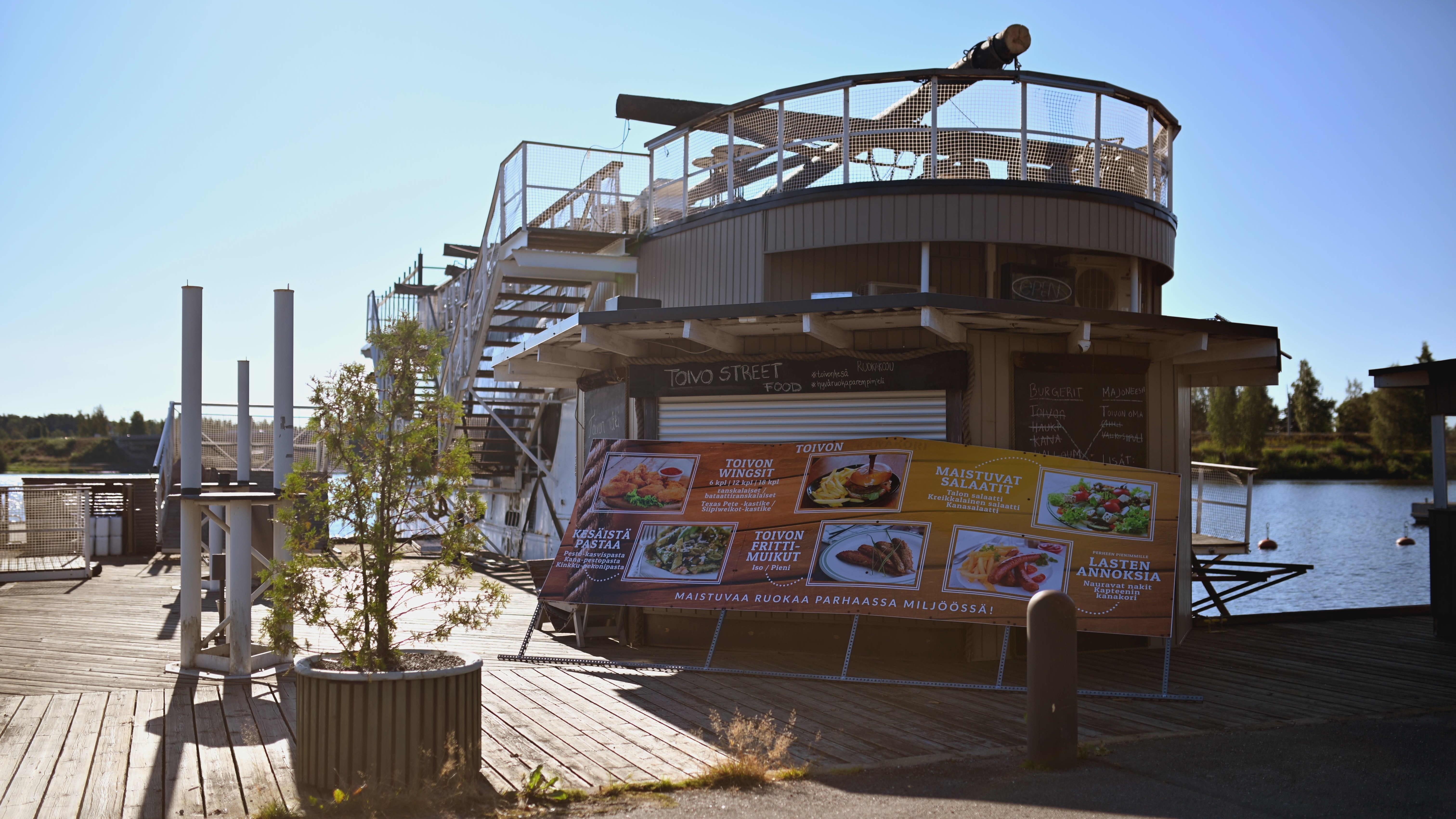 Ravintolalaiva Toivo Mikkelin satamassa 6.8.2021. Mastot on purettu jo siirtymistä ajatellen.