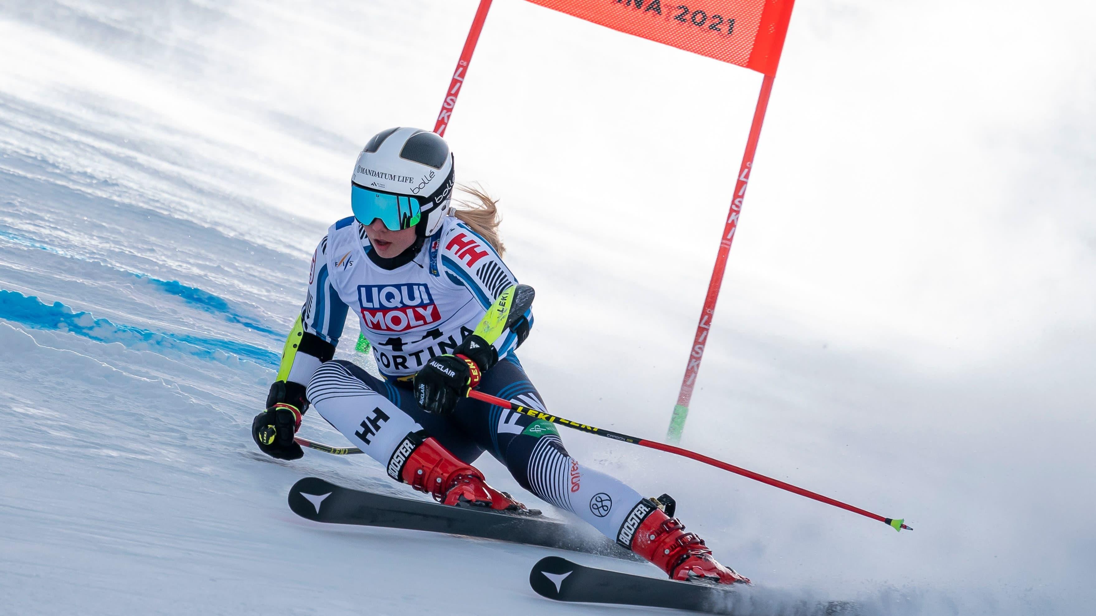 Erika Pykäläinen laskee suurpujottelua Cortina d'Ampezzon maailmancupin kilpailussa.