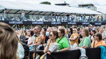 Yleisöä Paula Vesalan keikalla loppuunmyydyssä Tammerfestissä Ratinassa 23.7.2021. Pirkanmaan koronatilanteen status oli paria päivää aiemmin siirretty kiihtymisvaiheeseen.