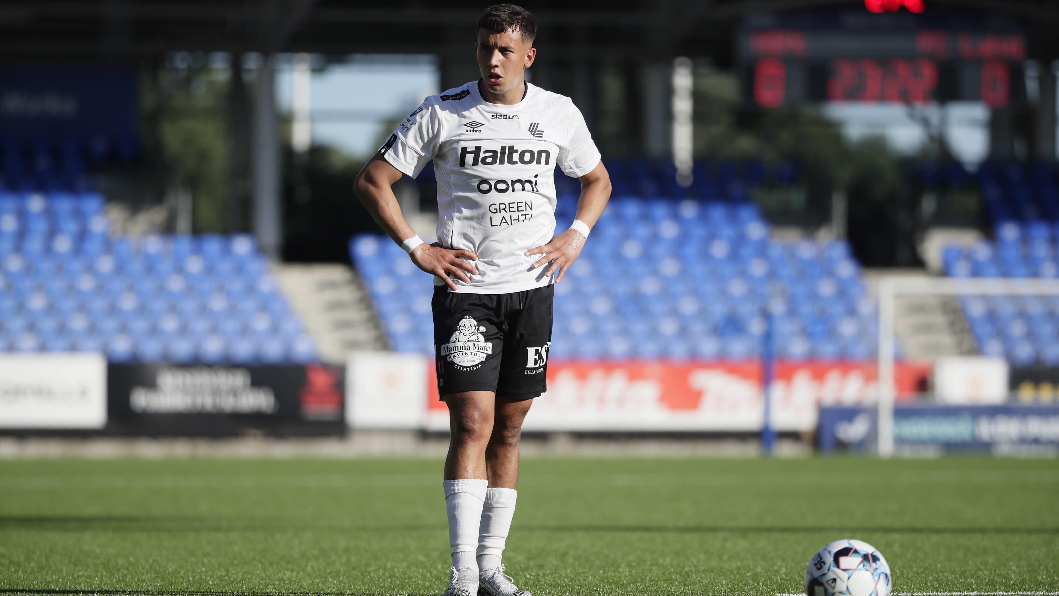 FC Lahden Jasin Assehnoun valmistautumassa vapaapotkuun.