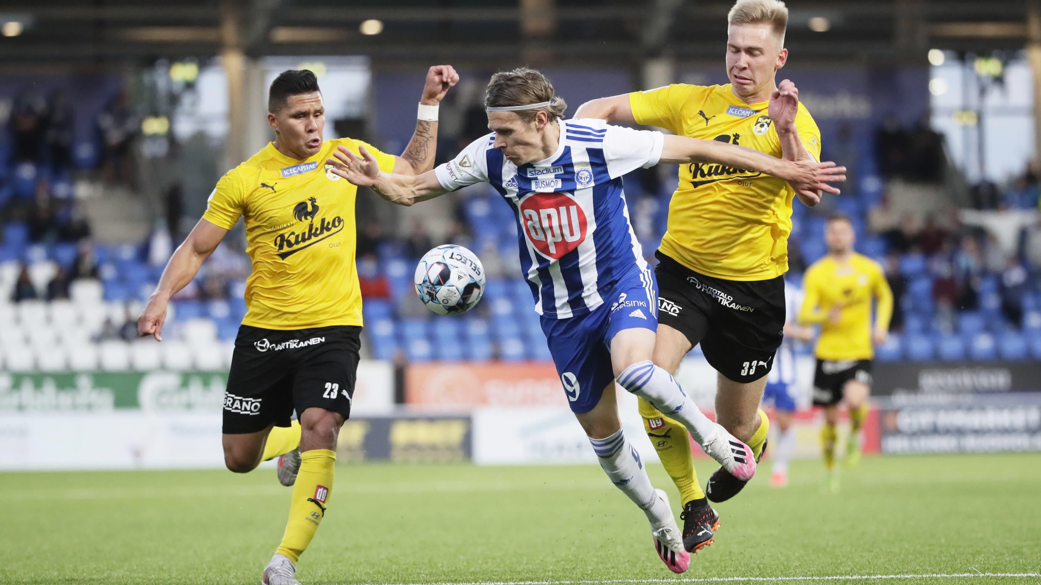 Riku Riski kamppailee pallosta Daniel Carrillon ja Taneli Hämäläisen kanssa ottelussa HJK-KuPS 29. elokuuta 2021.