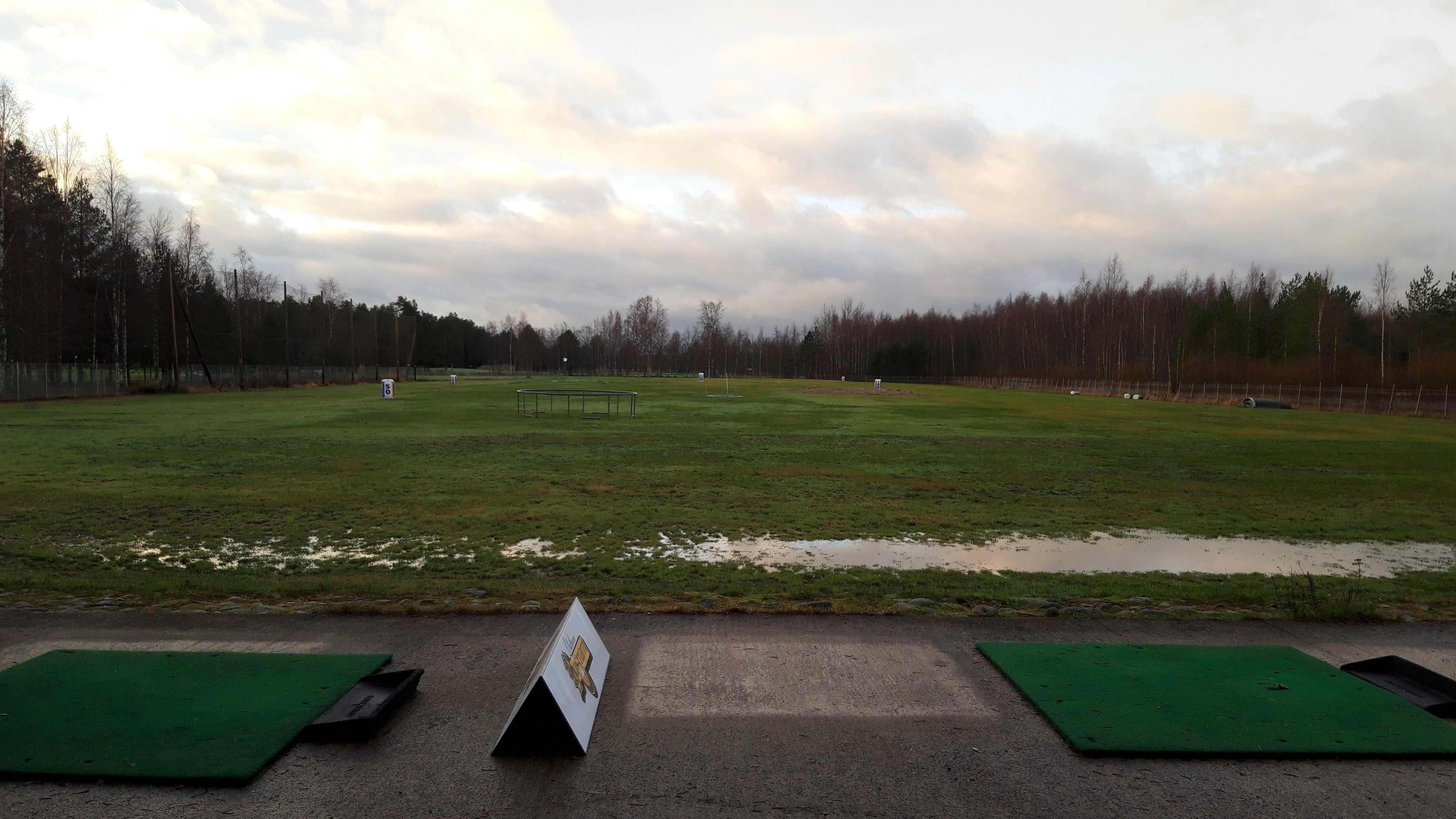 Kokkolan golfkentän lyöntipaikka eli range.