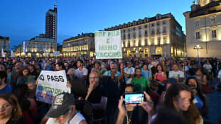 Ihmiset protestoivat koronapassia vastaan Italian Turinissa 5. elokuuta 2021.