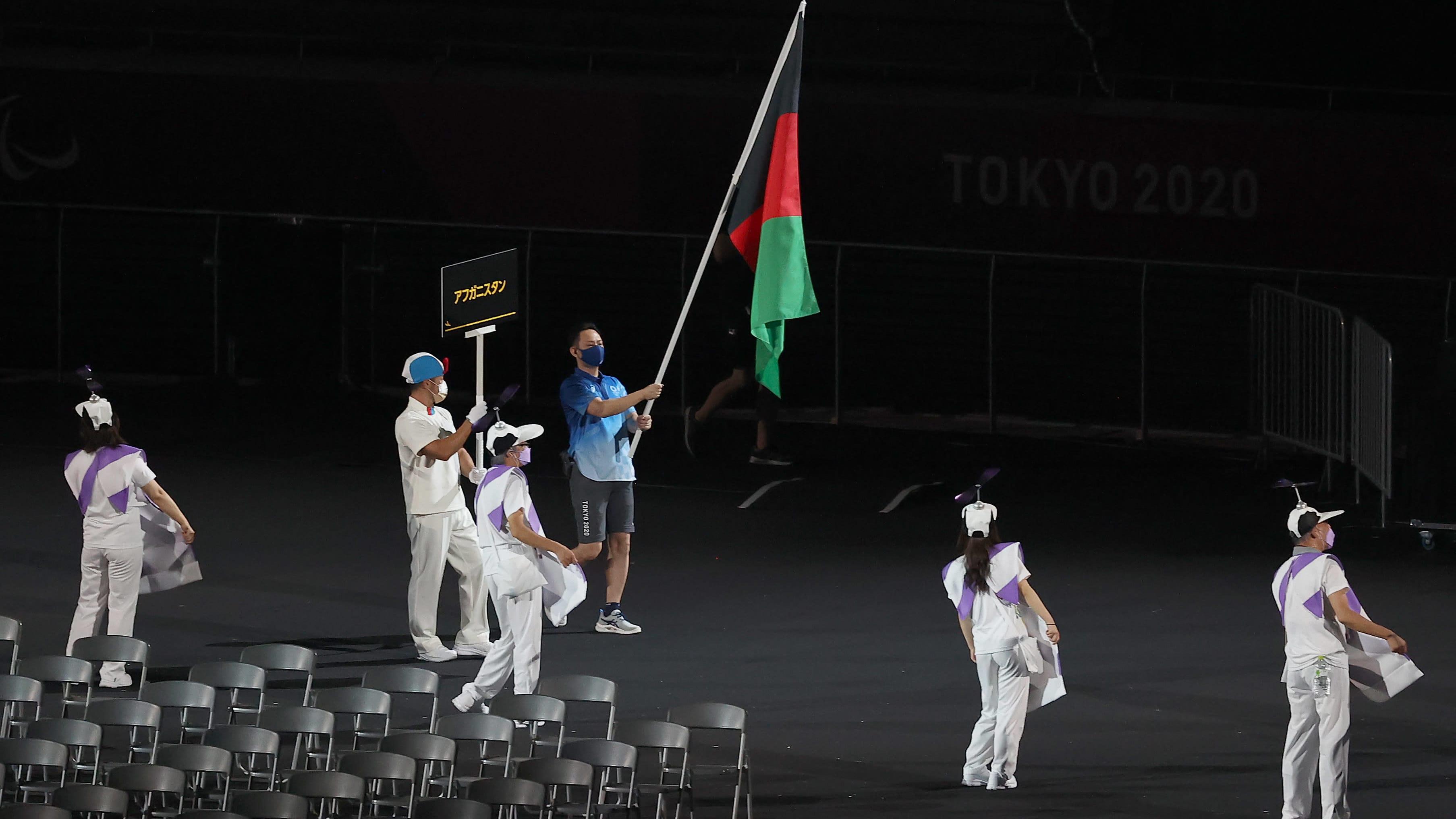 Afganistanin lippua paralympialaisten avajaisissa kantaa kisajärjestäjä.