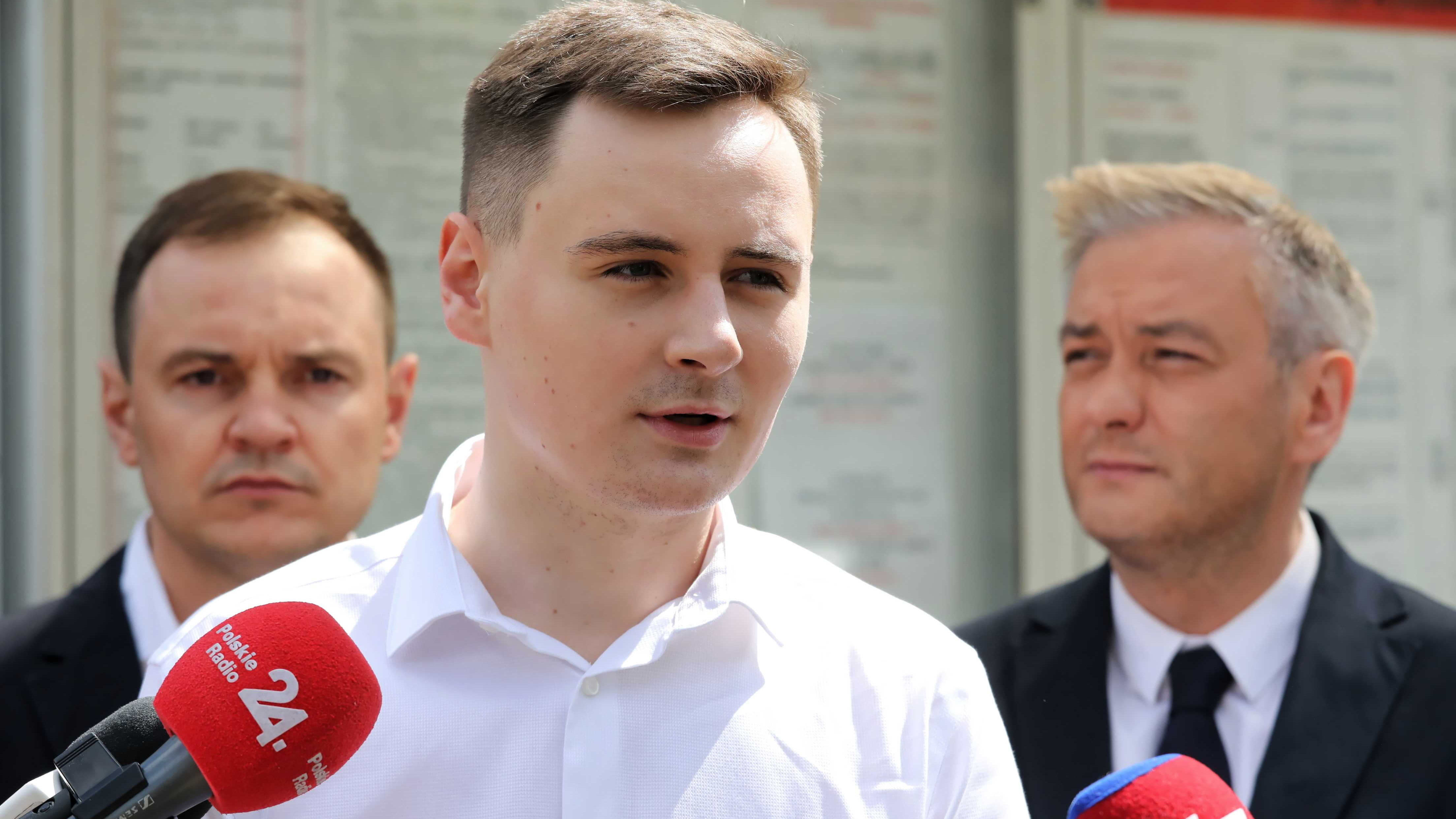 Stepan Putilo puhuu medialle.