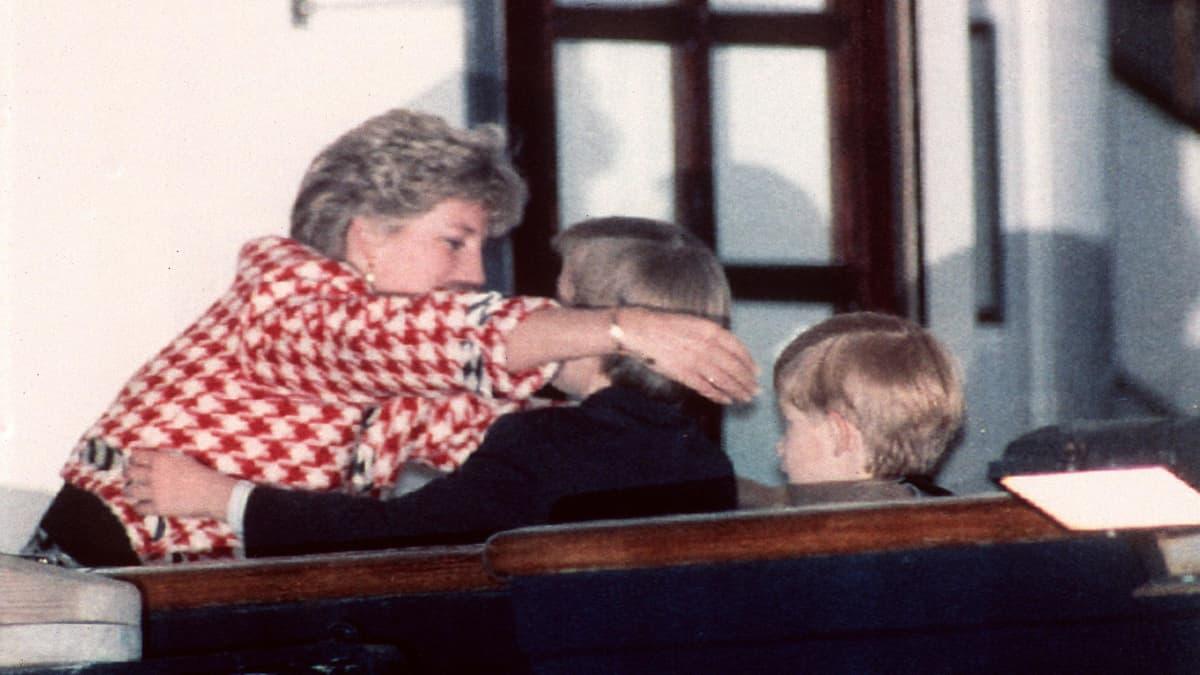 Diana halaamassa poikiaan laivan kannella.
