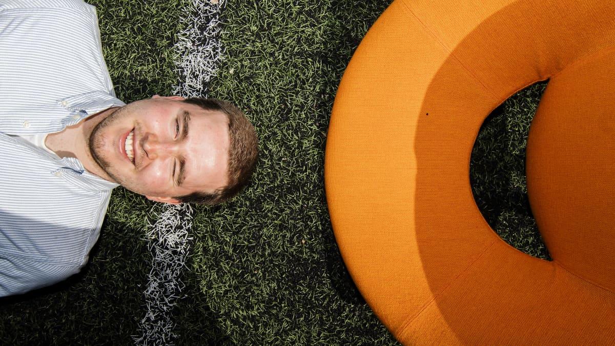 Jalkapallokirjailija Erkko Meri kuvattiin Haapaniemen kentällä.