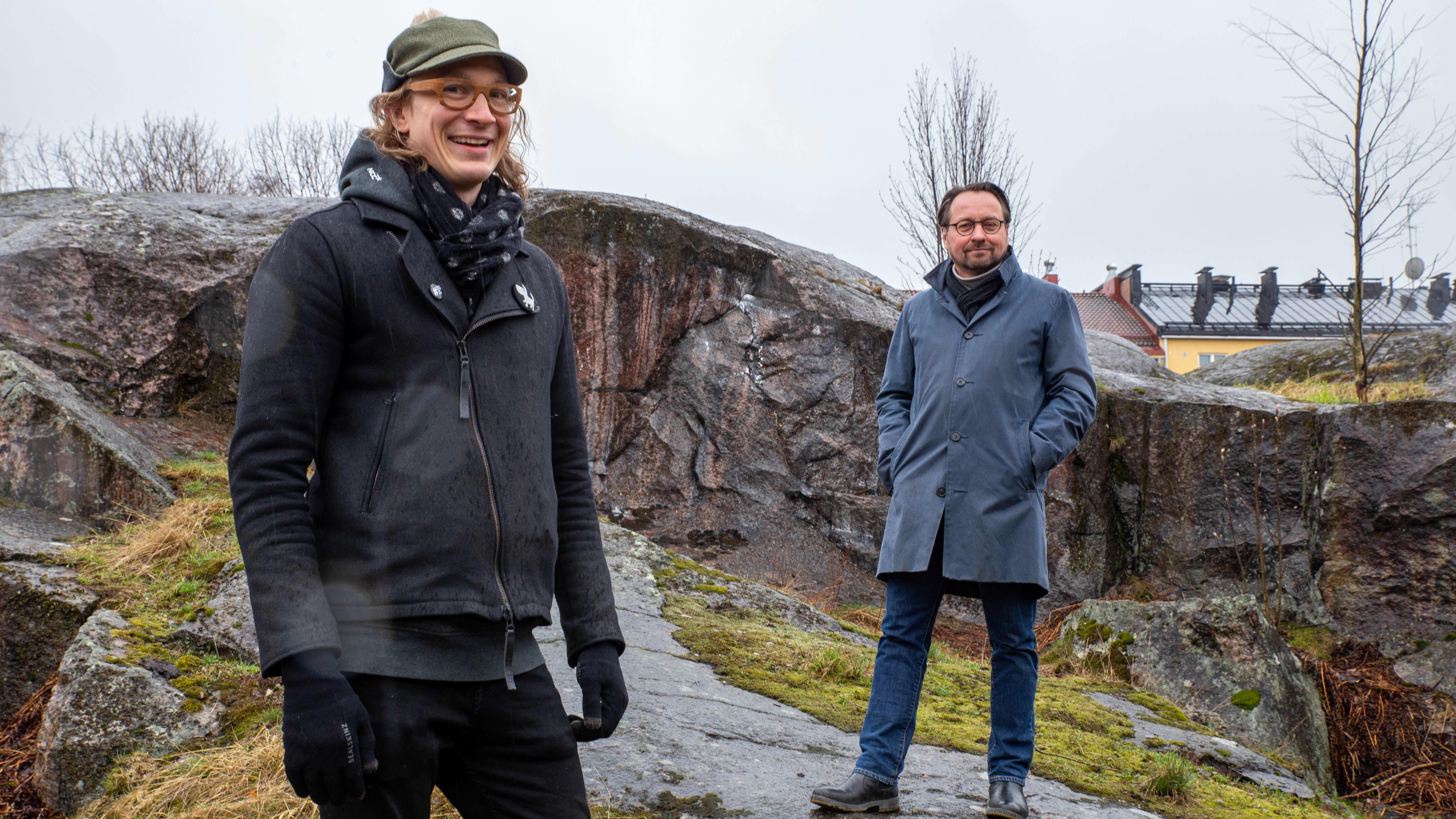 NCC:n kehityshippi Eelis Rytkönen ja JKMM:n arkkitehti Juha Mäki-Jyllilä Alppilan kallioiden päällä.