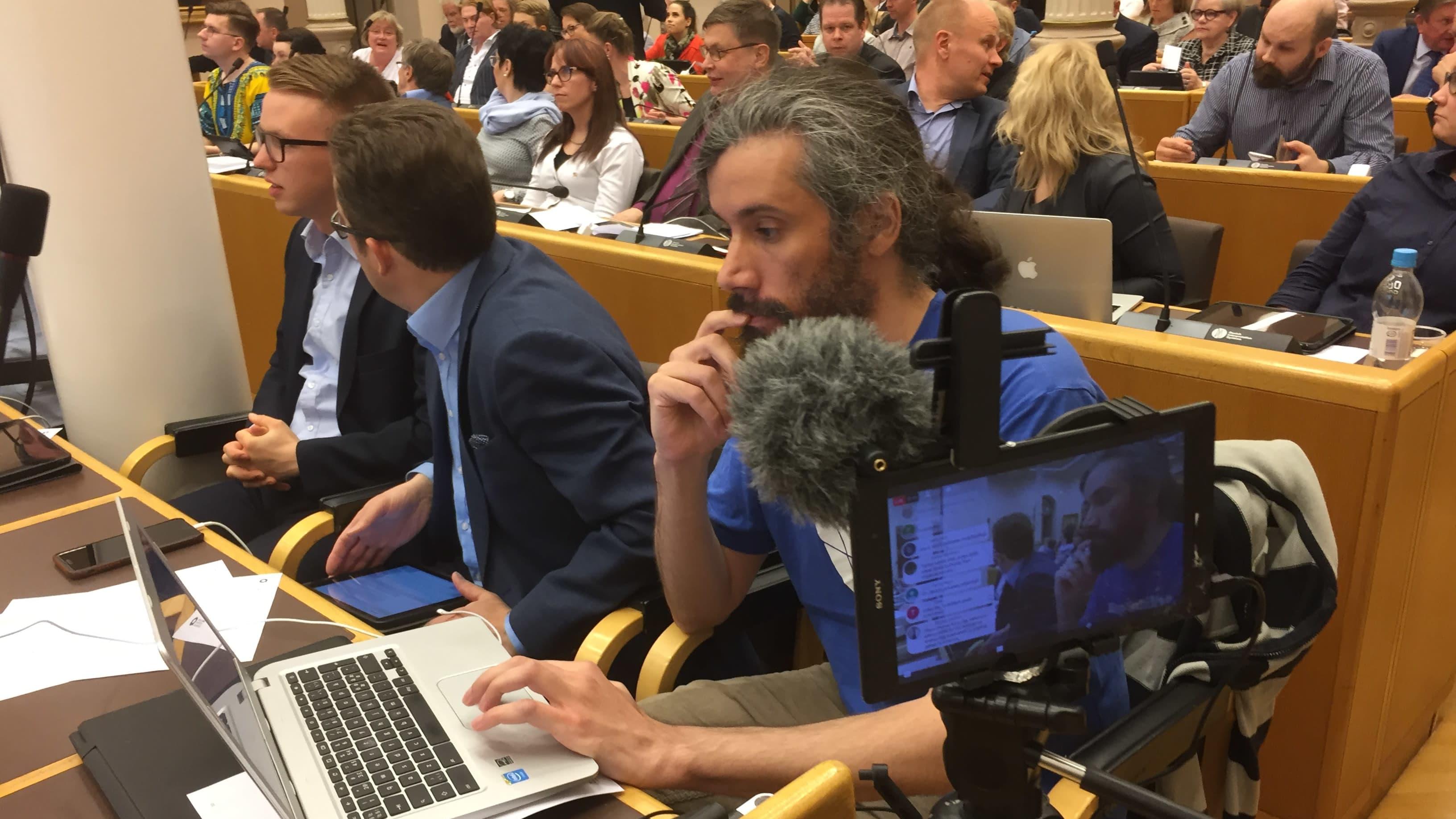 Människor sitter i en möteslokal. Junes Lokka i Uleåborgs stadsfullmäktige 2017.