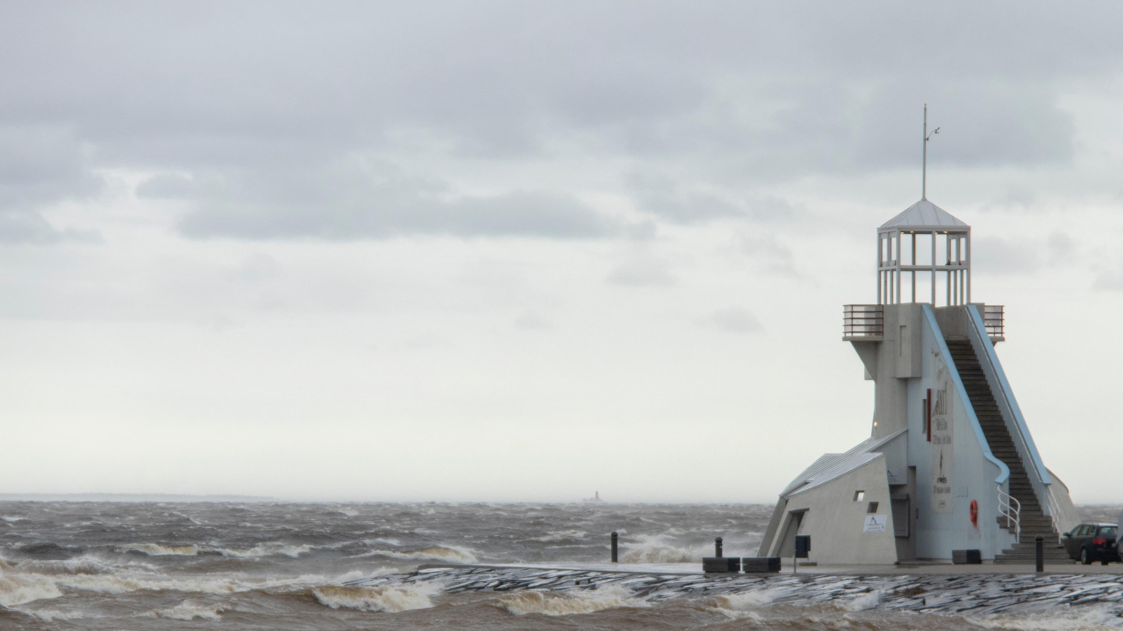Nallikarin aallonmurtajan torni.