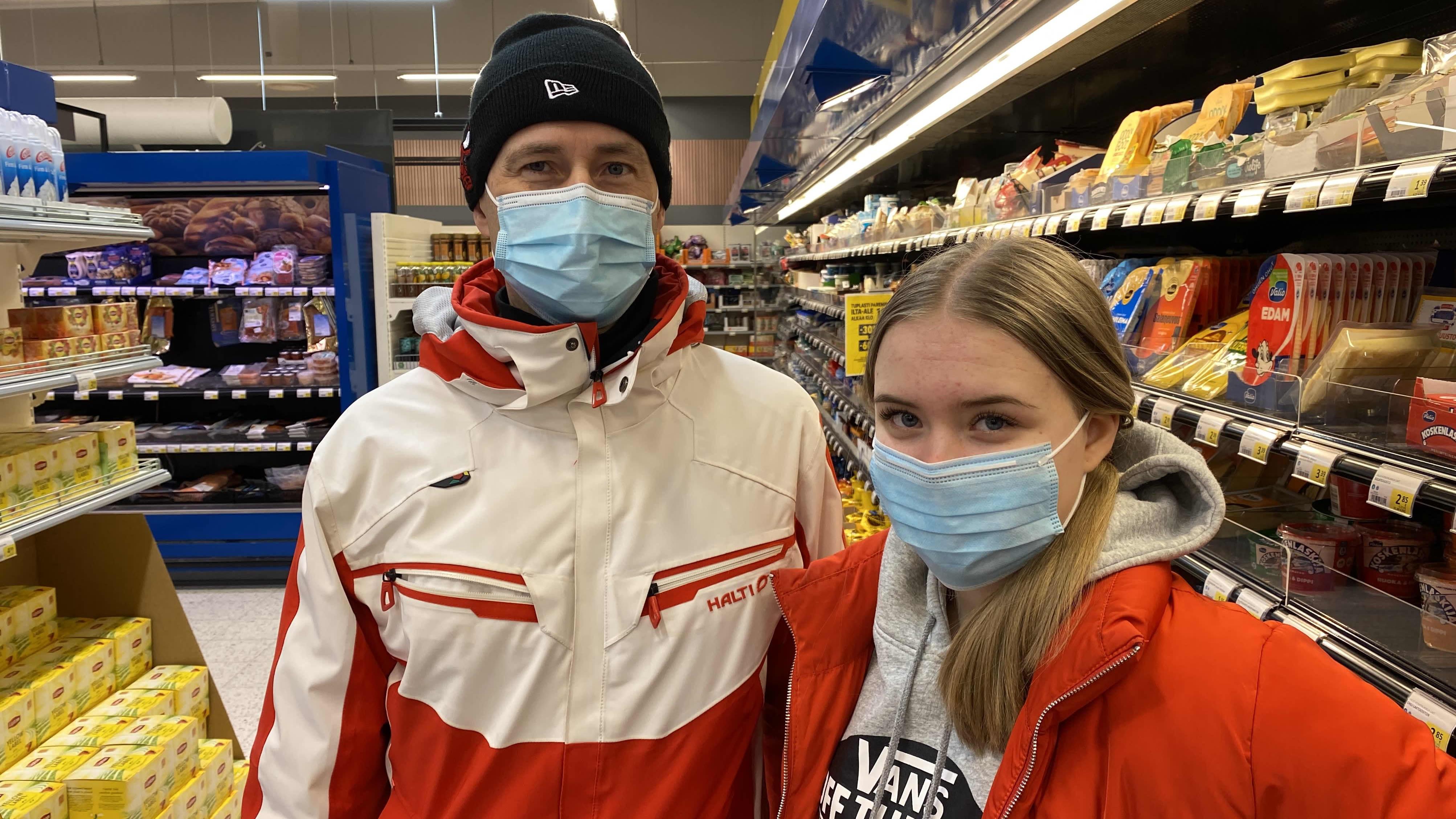 Kuopiolaisille Veli-Pekka ja Pinja Kärnälle maskin käytöstä on tullut uusi normaali.