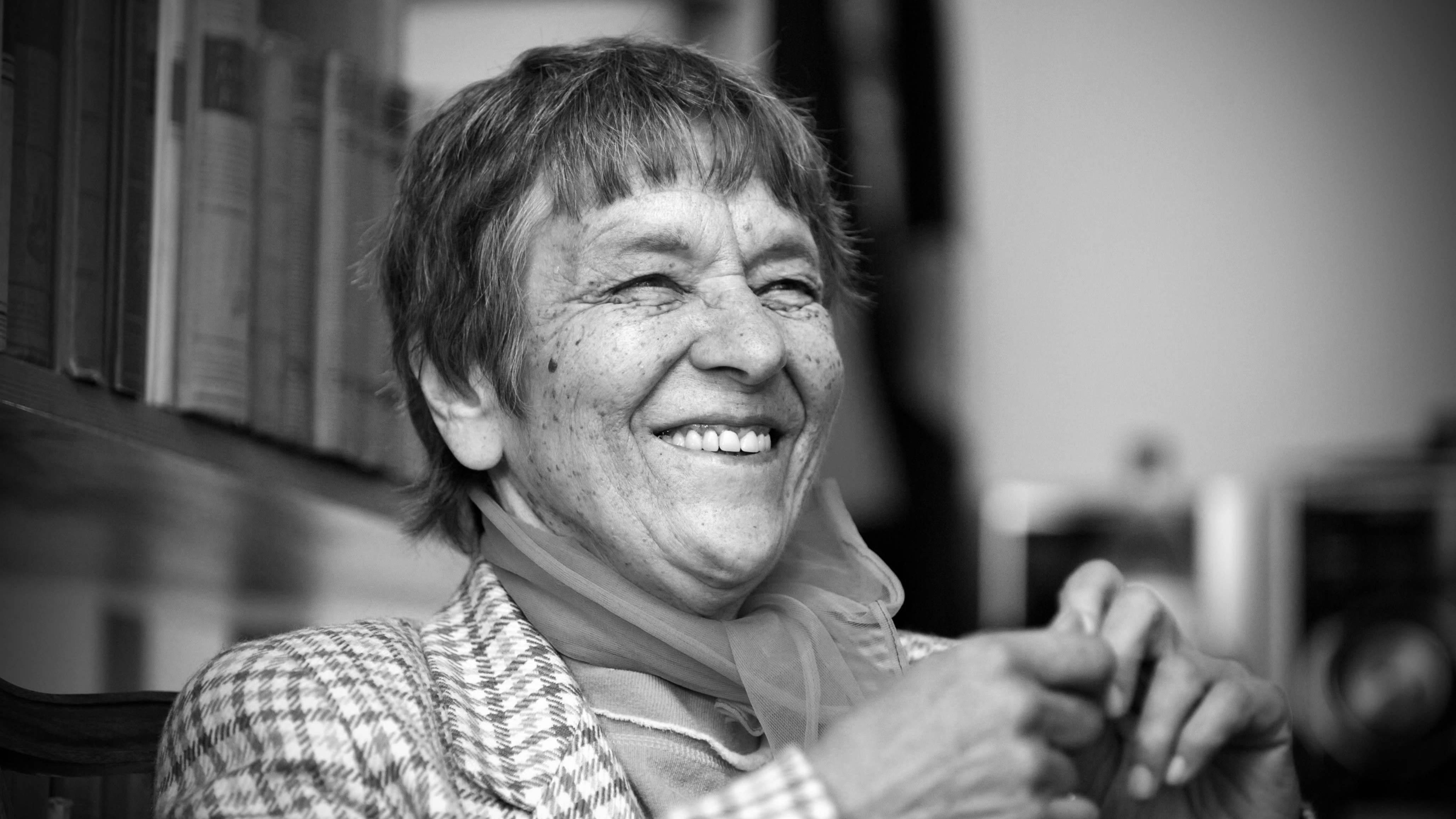 Svartvit bild på författaren och lyrikern Sirkka Turkka, tagen år 2009.