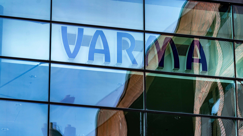 Työeläkevakuutusyhtiö Varman logo pääkonttorin julkisivussa.