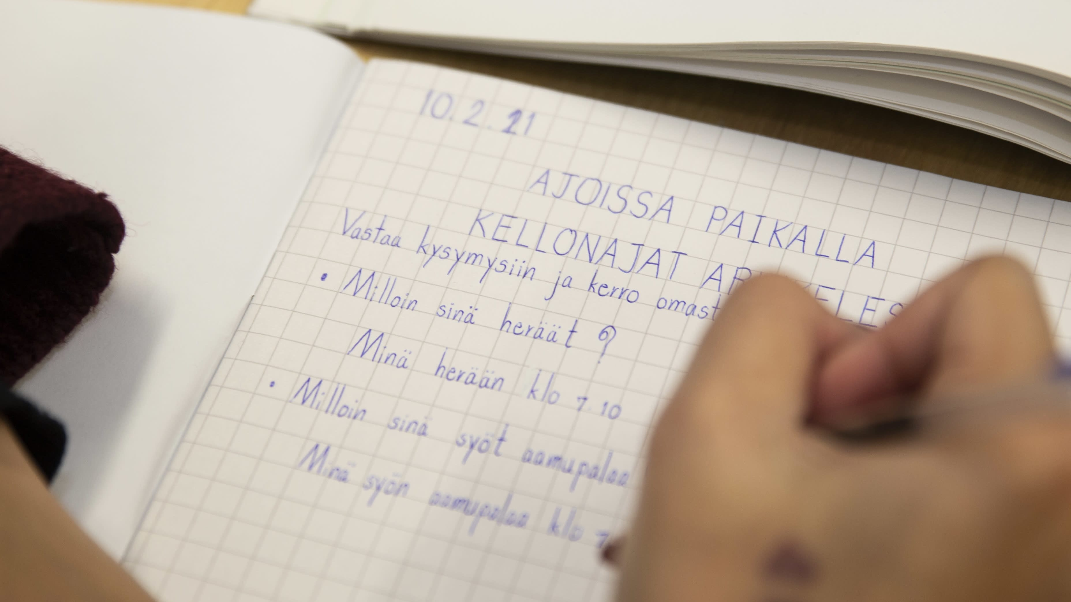 Maahanmuuttajataustaisia äitejä suomenkielen opetuksessa oppilaidensa koulussa.