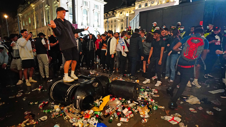 Kaaos Lontoon Piccadilly Circuksella.