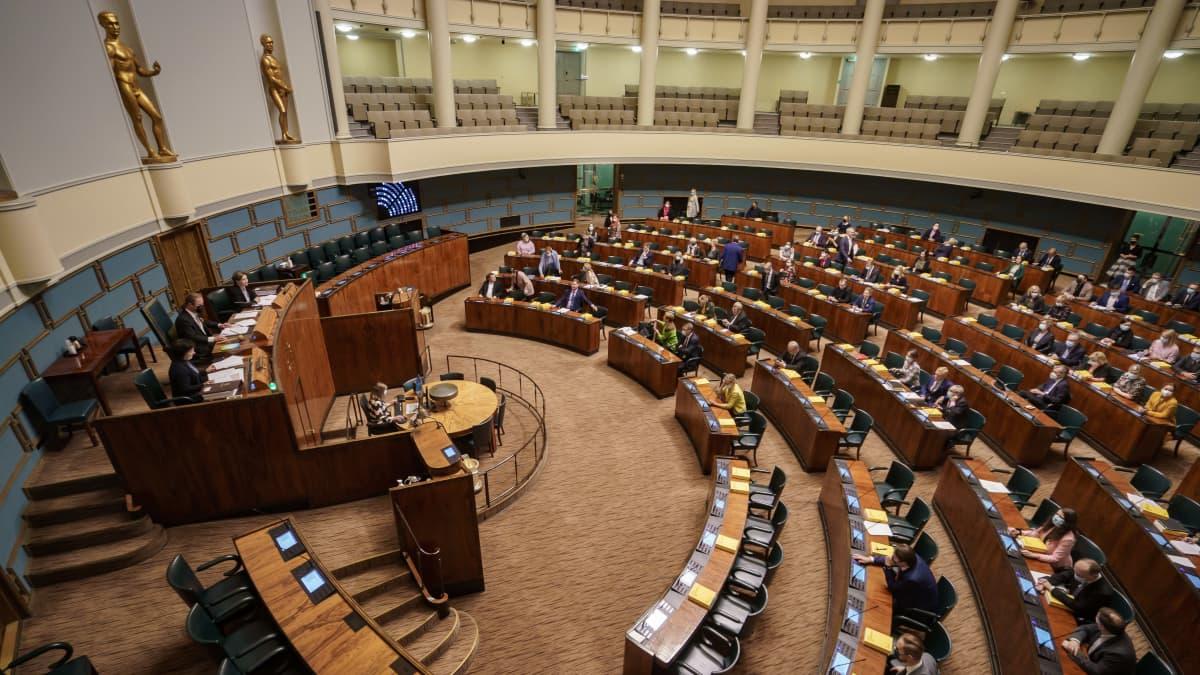 Eduskunnan istuntosali lehteriltä kuvattuna.