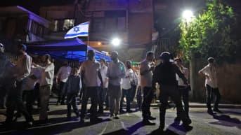 Israelilaiset siirtokuntalaiset kerääntymässä Sheikh Jarrahin alueella Jerusalemissa.