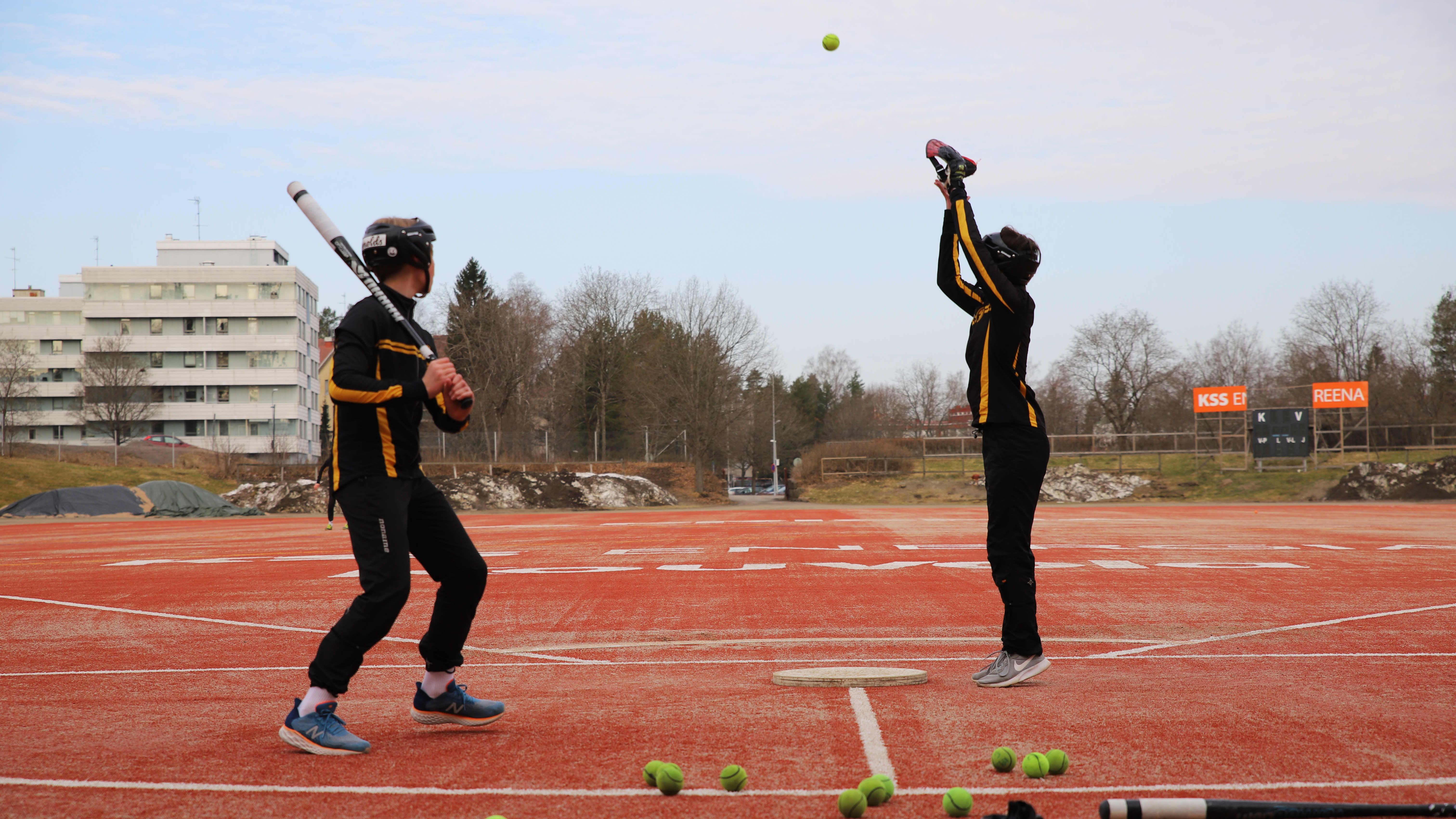 Kouvolan urheiluakatemian pesäpalloilijat pääsivät tauon jälkeen koko joukkueen voimin kentälle