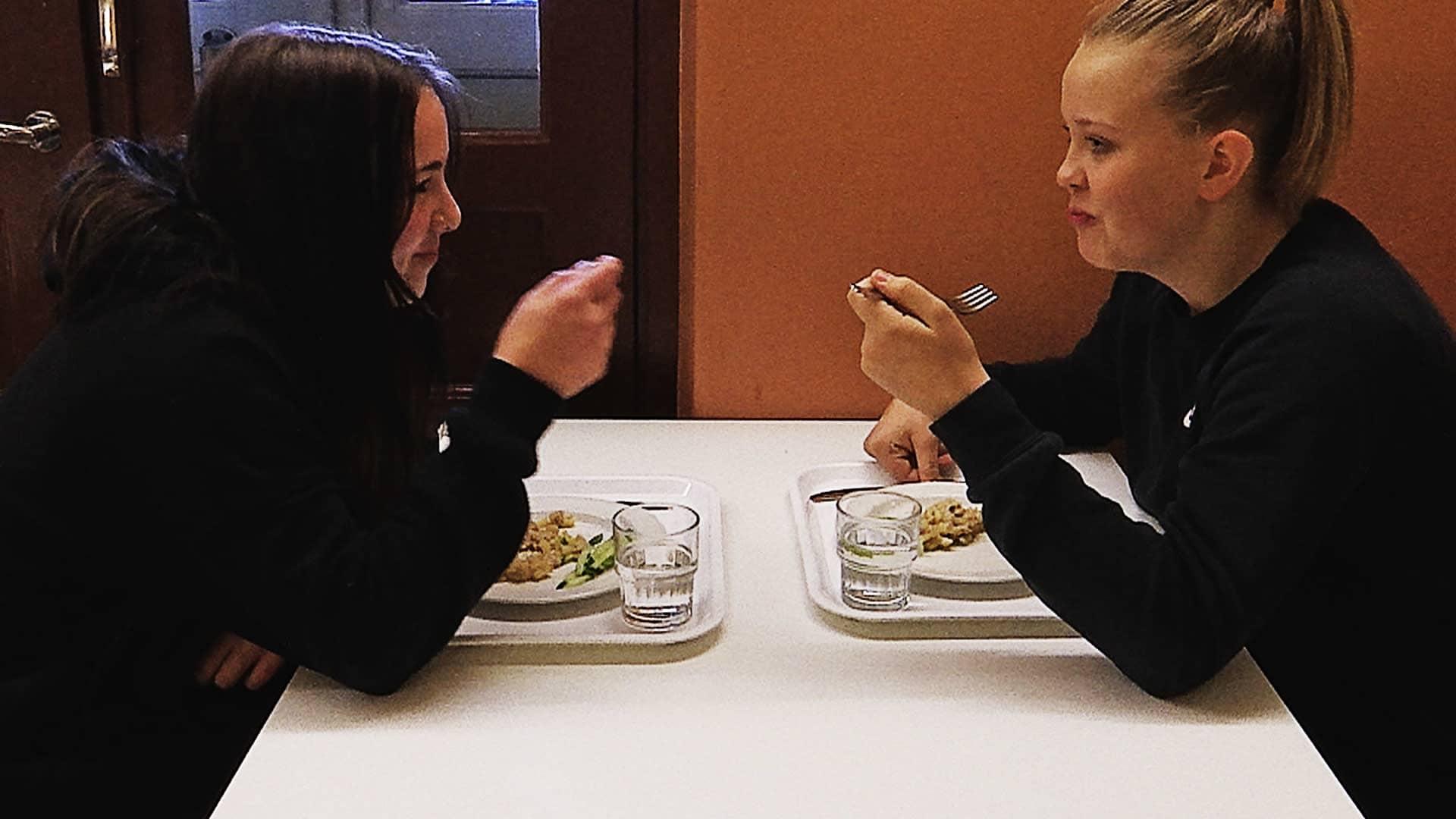 Koululaiset lounaalla