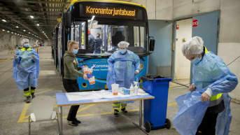 Varissuon asukkaille järjestetyssä pikatestauksella tehtävässä koronavirusseulonnassa Varissuon jäähallin parkkihallissa Turussa 6. toukokuuta 2021.