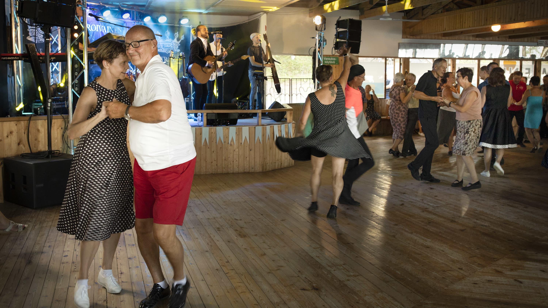 Helmat hulmuavat ihmisten tanssiessa Niemenharjun lavalla Pihtiputaalla. Taustalla Teemu Roivainen laulaa Energia-yhtyeen säestyksellä.