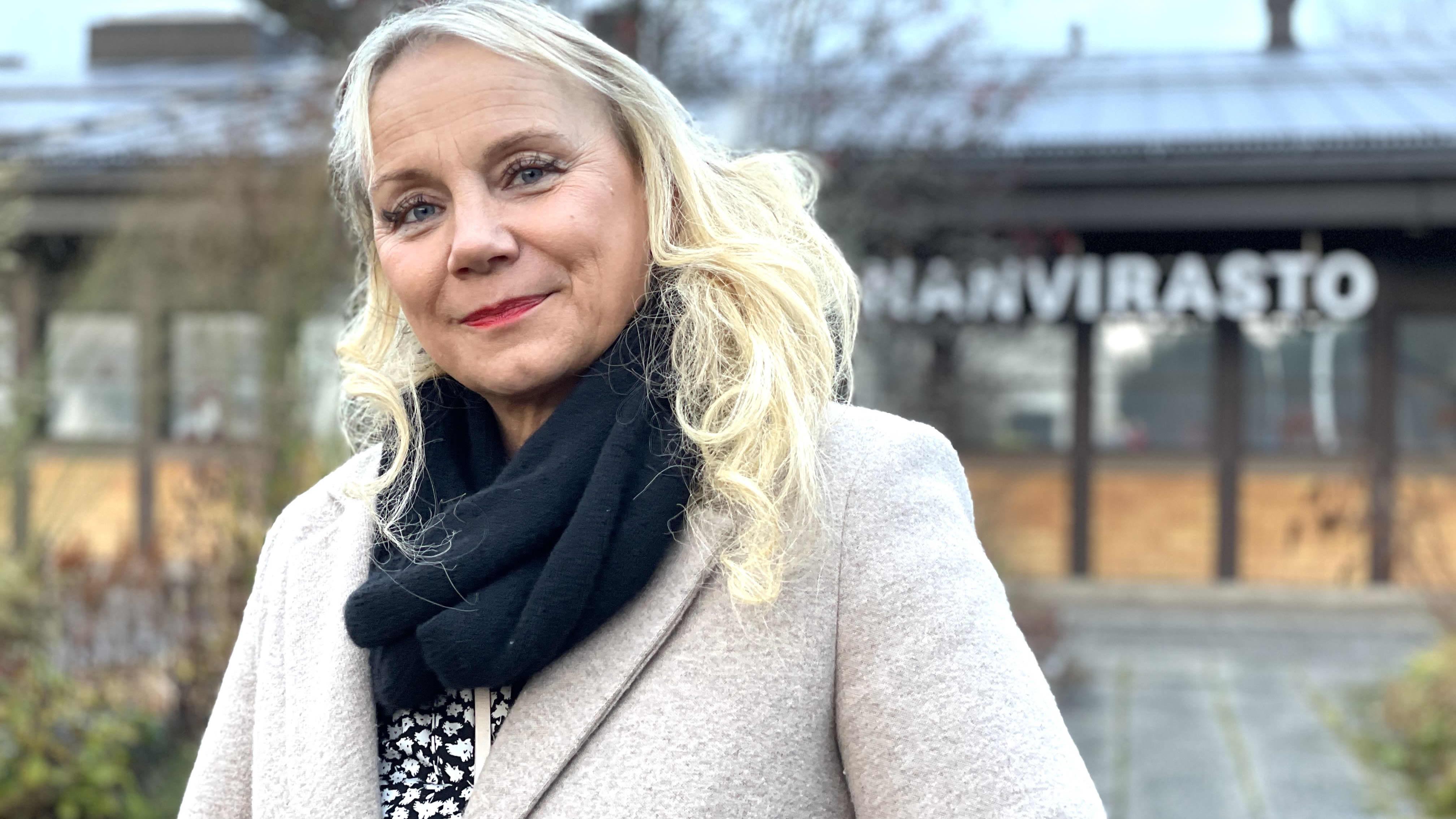 Anu Sepponen seisoo ulkona kunnanviraston ulkopuolella