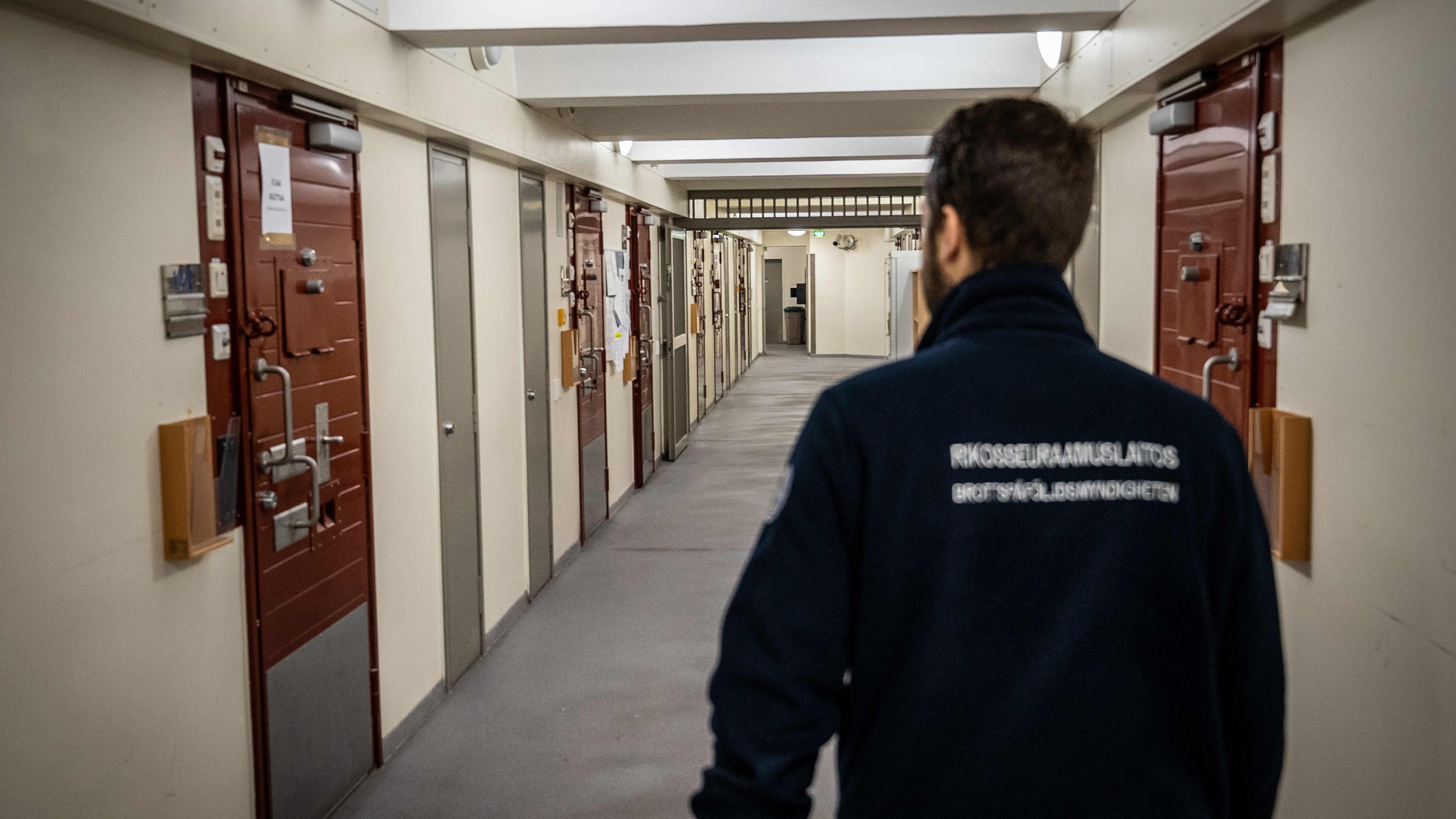 vartija Helsingin vankilan käytävällä